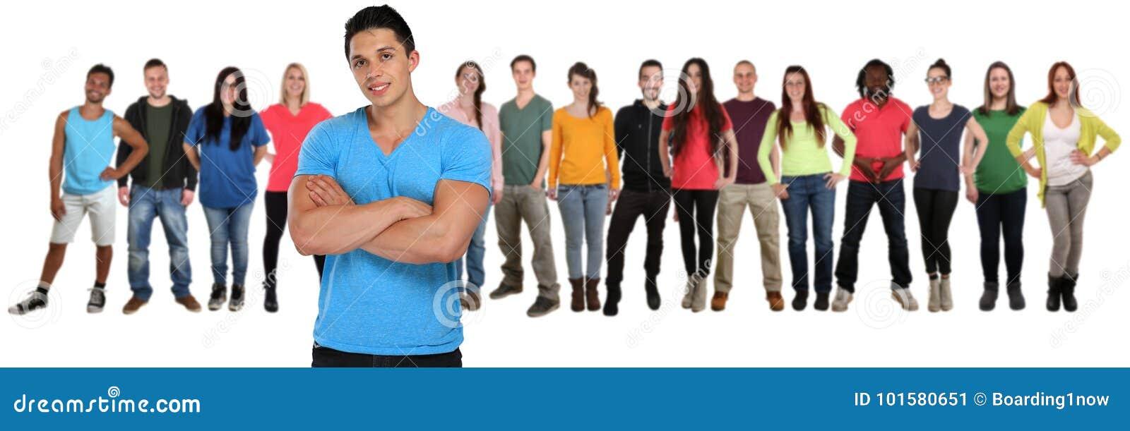 O grupo de amigos dos jovens team com os braços cruzados isolados sobre