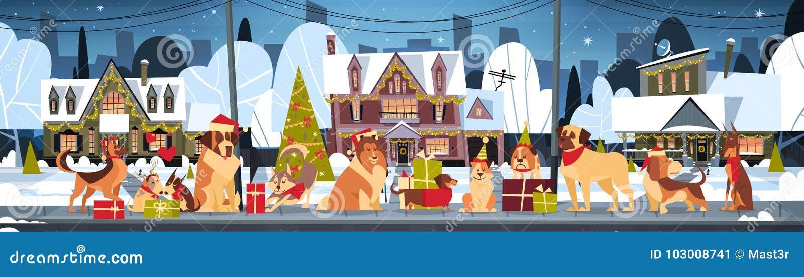 O grupo de cães em casas de Santa Hats Outdoors Near Decorated casa o Natal e o cartaz horizontal do ano novo feliz