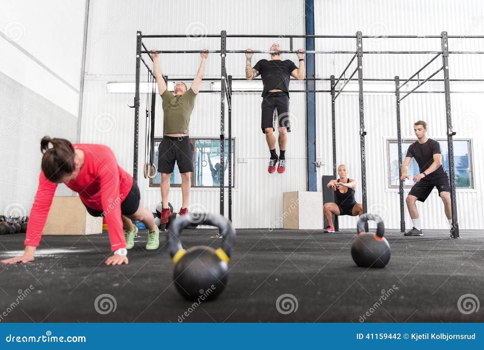 O grupo de Crossfit treina exercícios diferentes