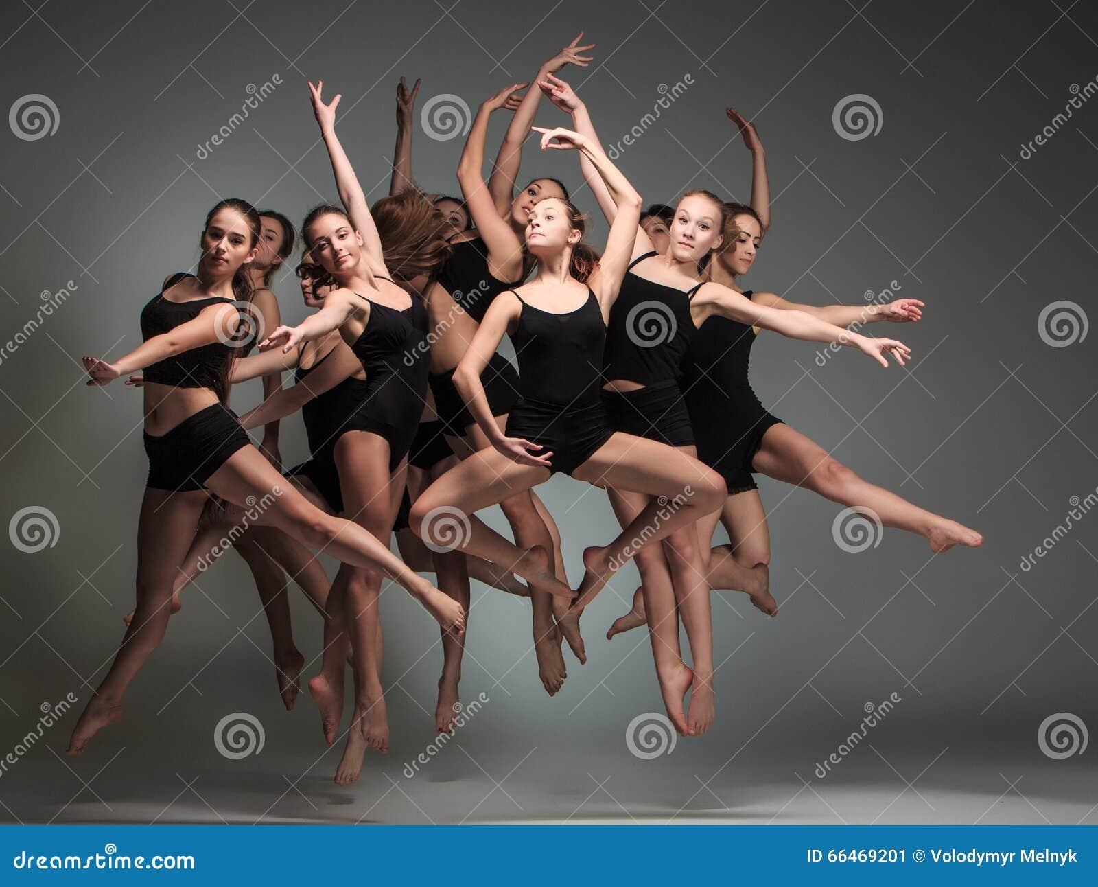 O grupo de dançarinos de bailado moderno