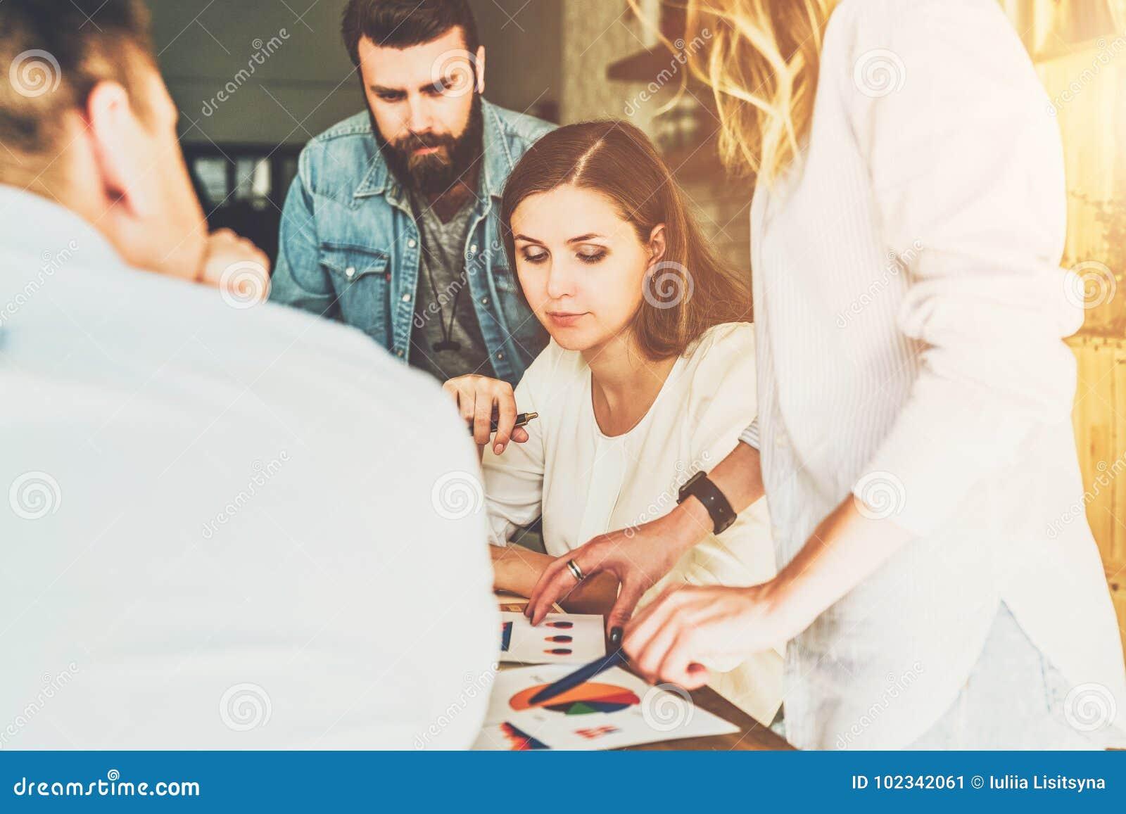 O grupo de empresários novos trabalha junto Sessão de reflexão, trabalhos de equipa, partida, planeamento empresarial Modernos qu