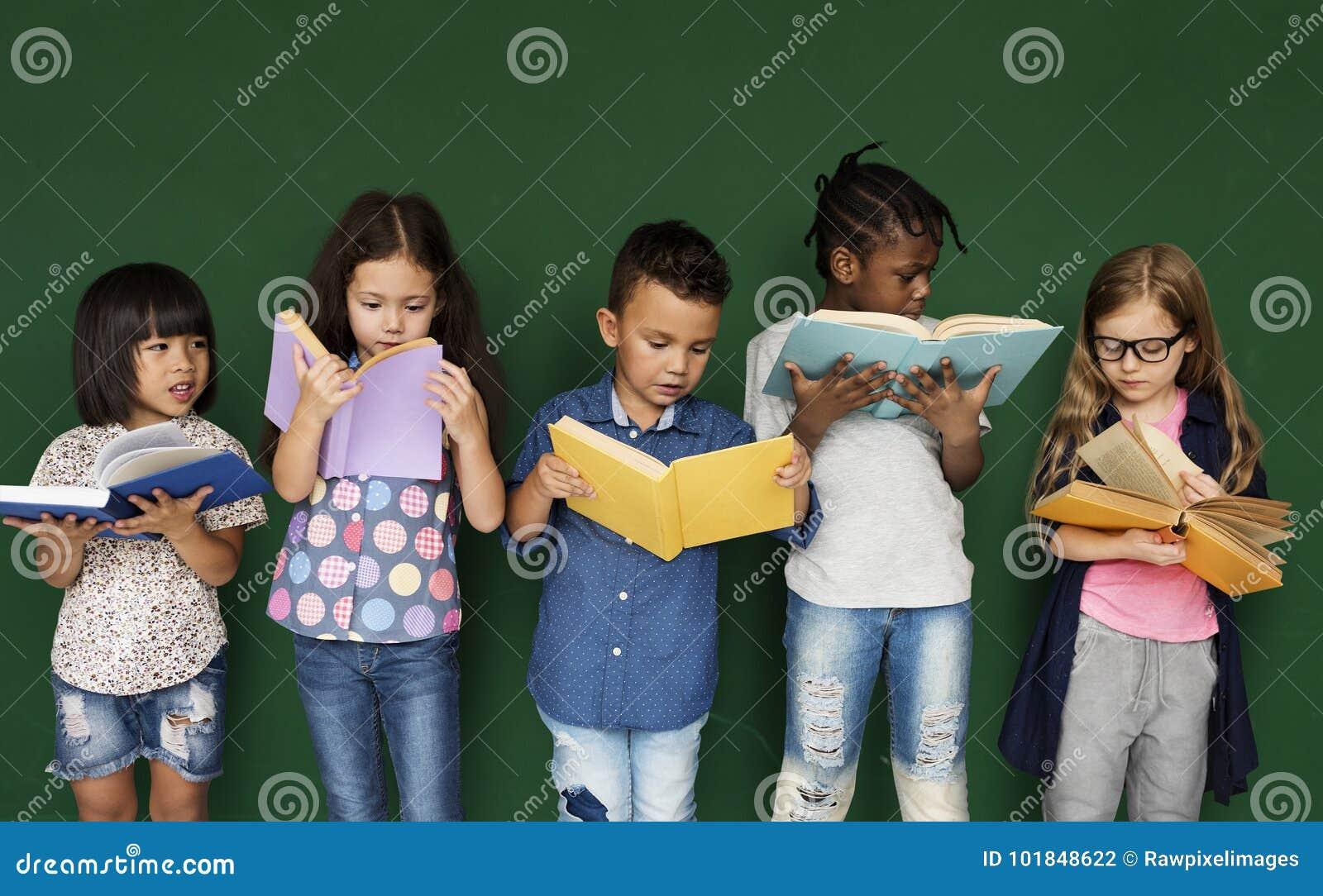 O grupo de escola caçoa a leitura para a educação