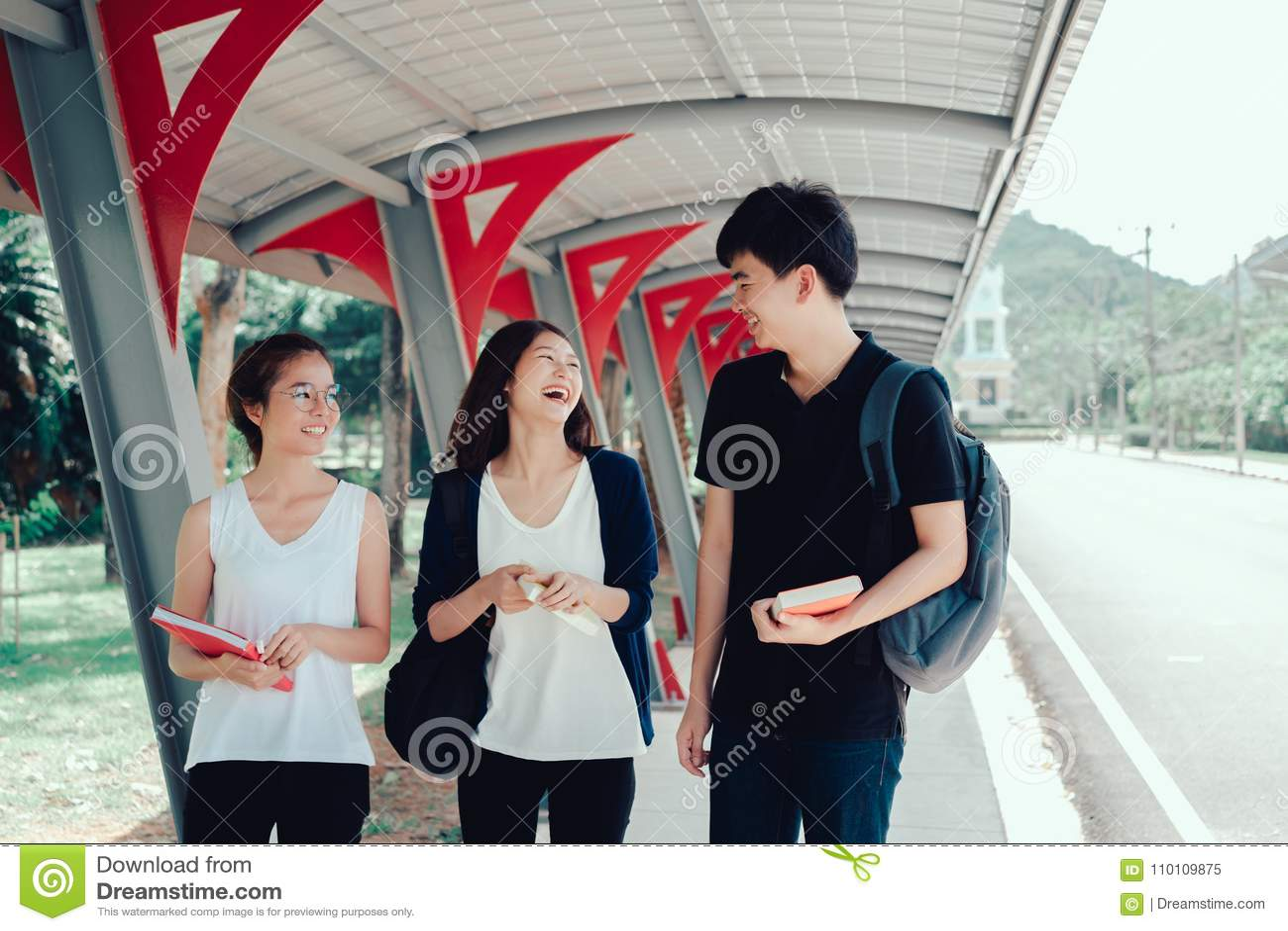 O grupo de estudantes novo com dobradores da escola registra