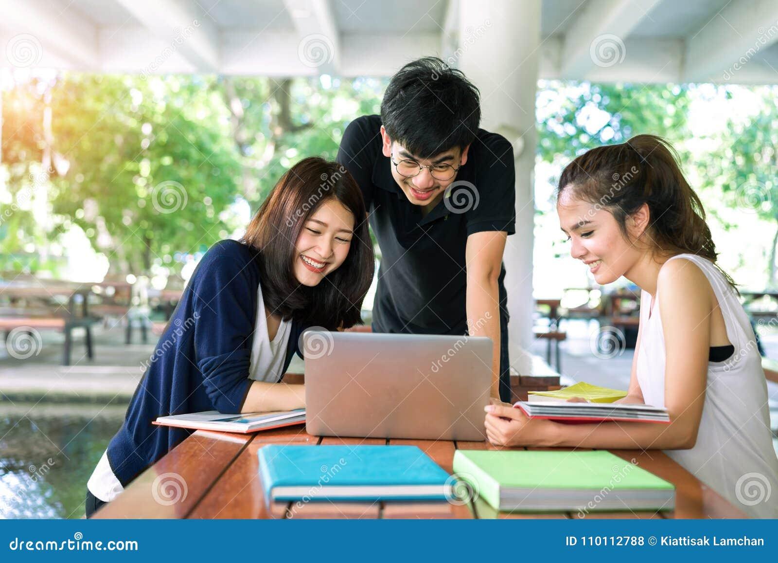 O grupo de estudantes novo consulta com os dobradores da escola