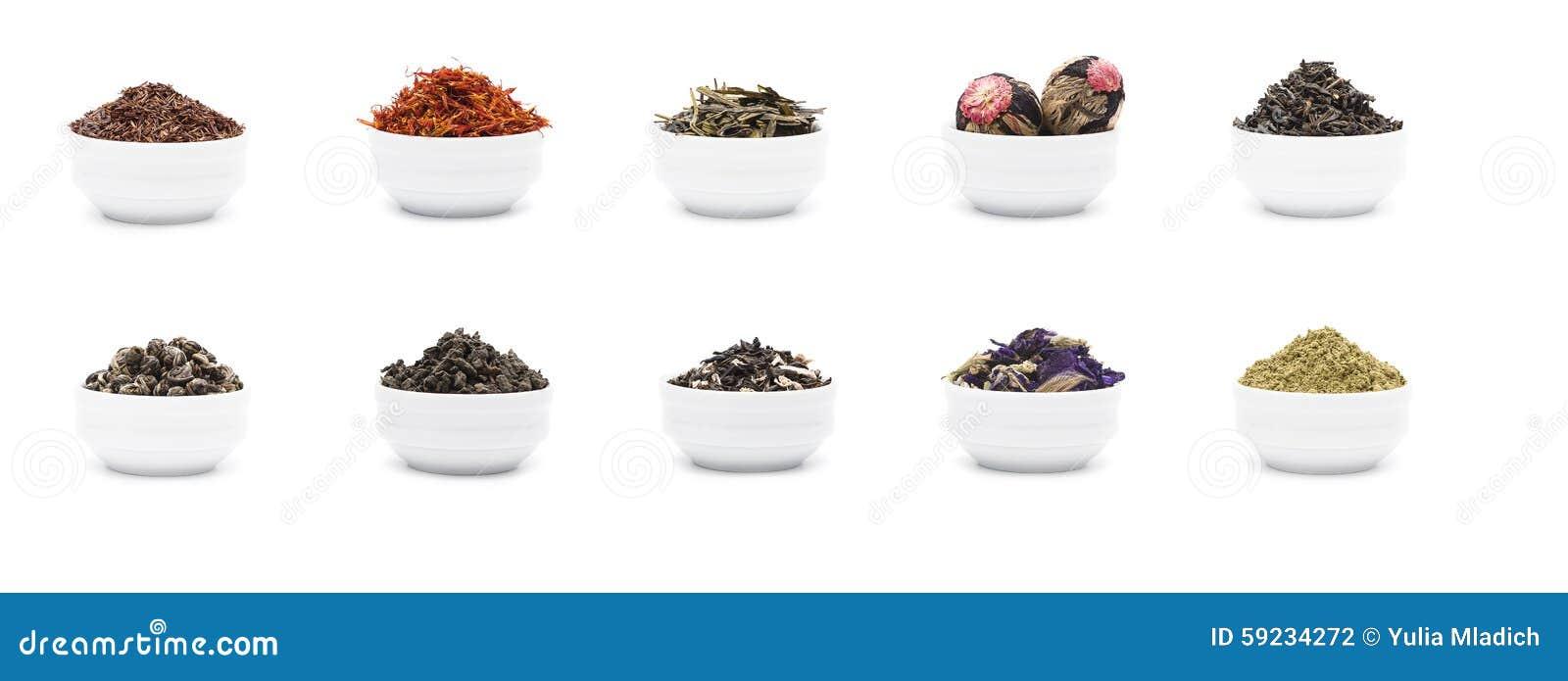 O grupo de folhas de chá secas na porcelana branca rola
