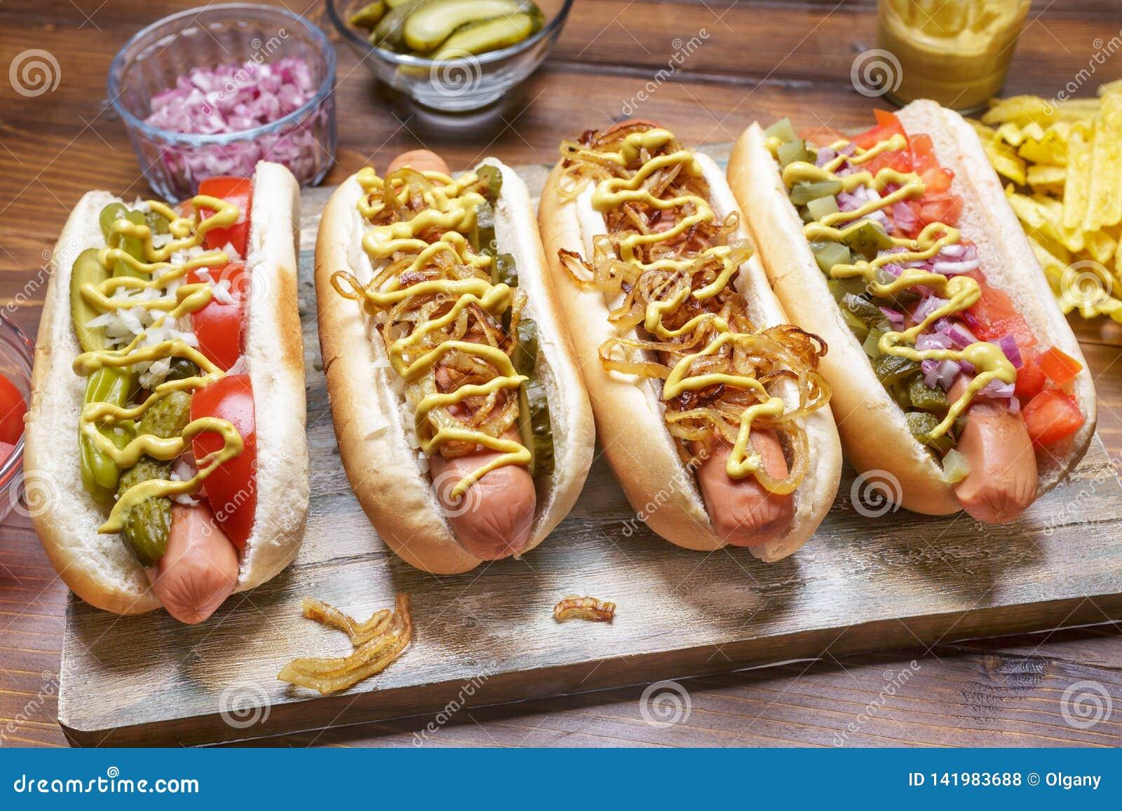 O grupo de gourmet delicioso grelhou cachorros quentes
