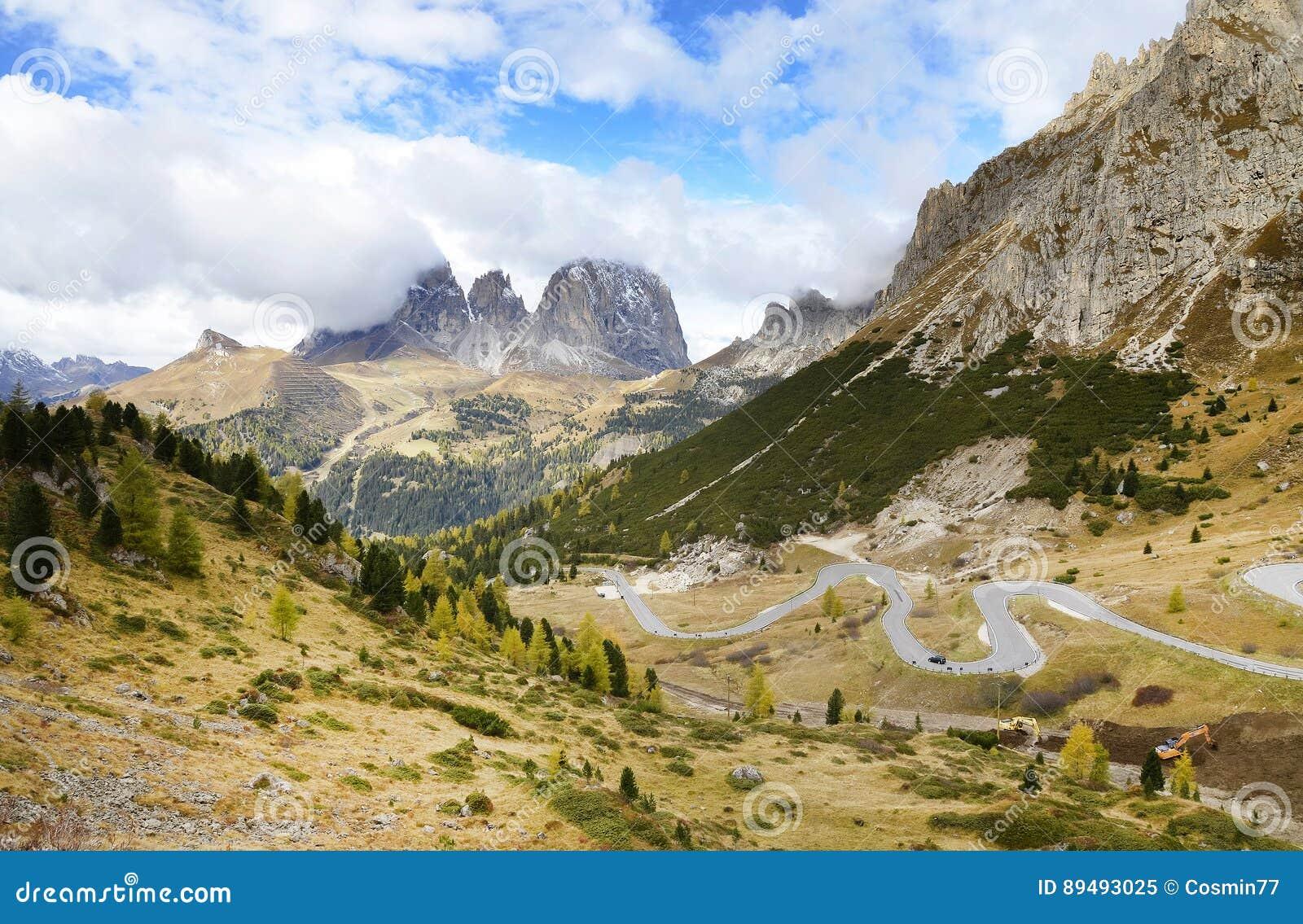 O grupo de Langkofel no italiano: Gruppo del Sassolungo a montanha do maciço nas dolomites ocidentais