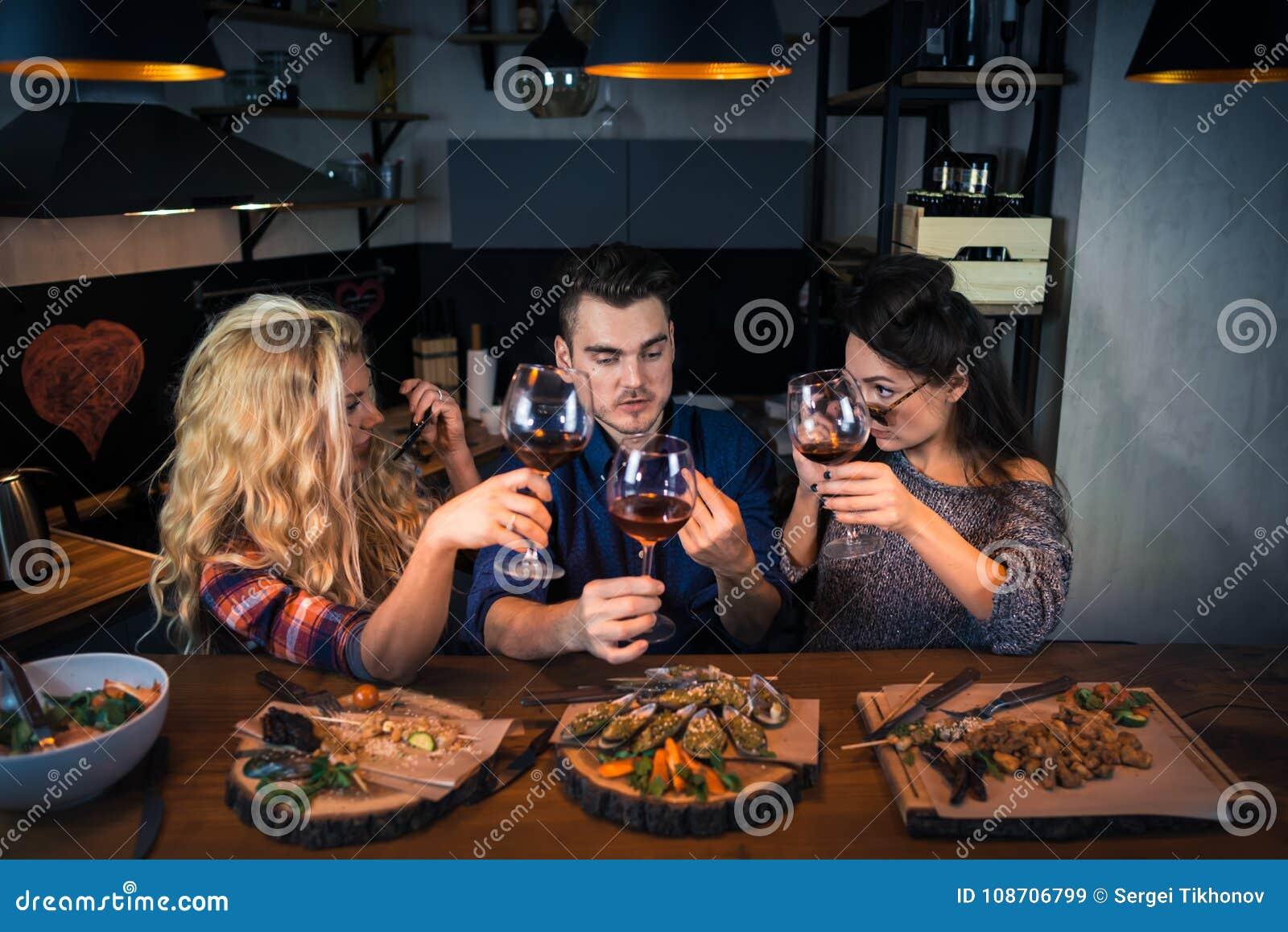 O grupo de povos atrativos tem o jantar junto