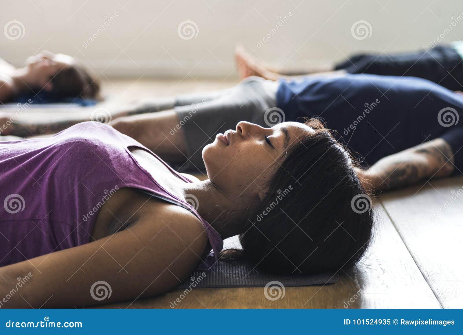 O grupo de povos diversos está juntando-se a uma classe da ioga