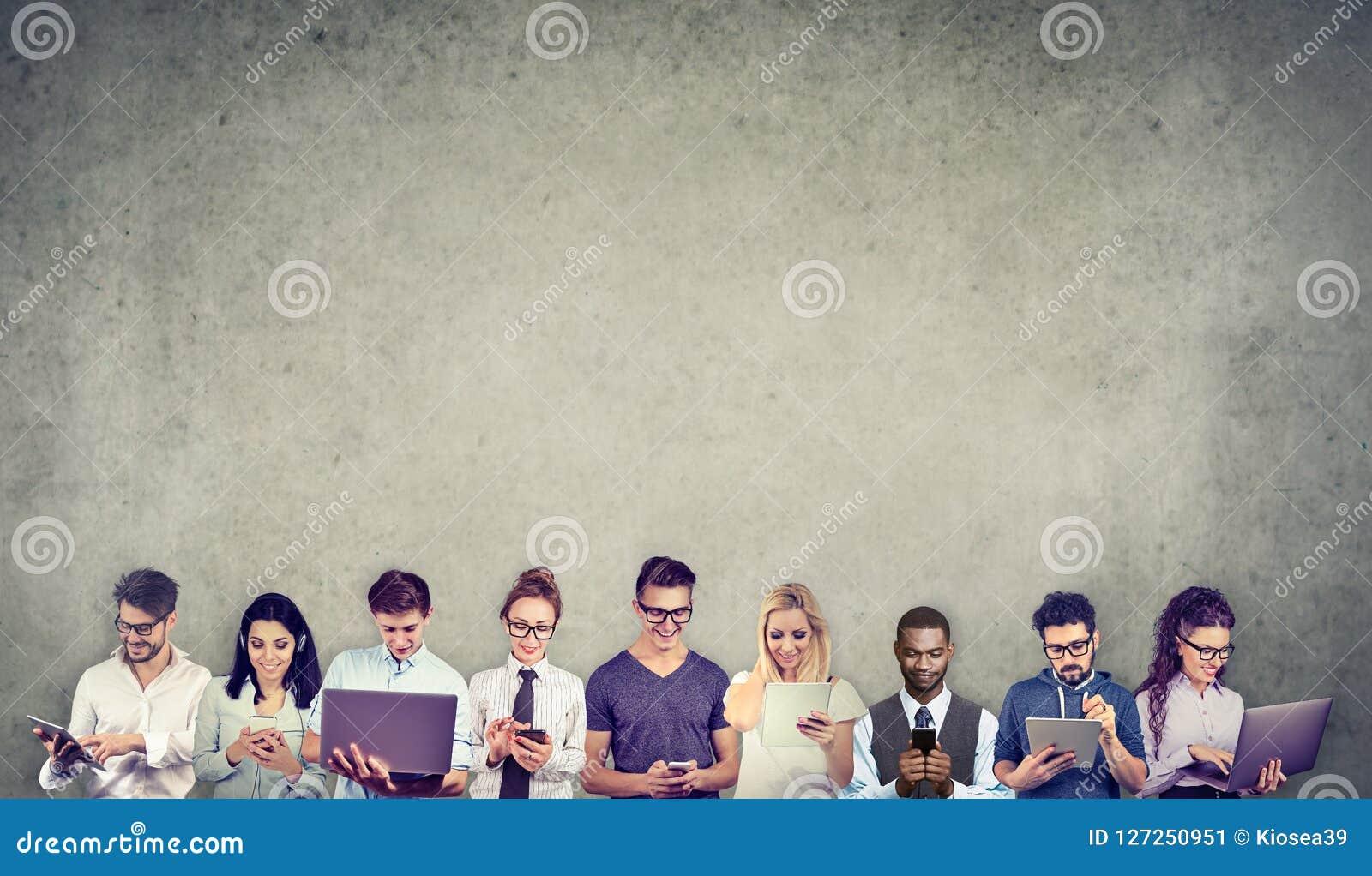 O grupo de povos multiculturais conectou usando dispositivos móveis digitais