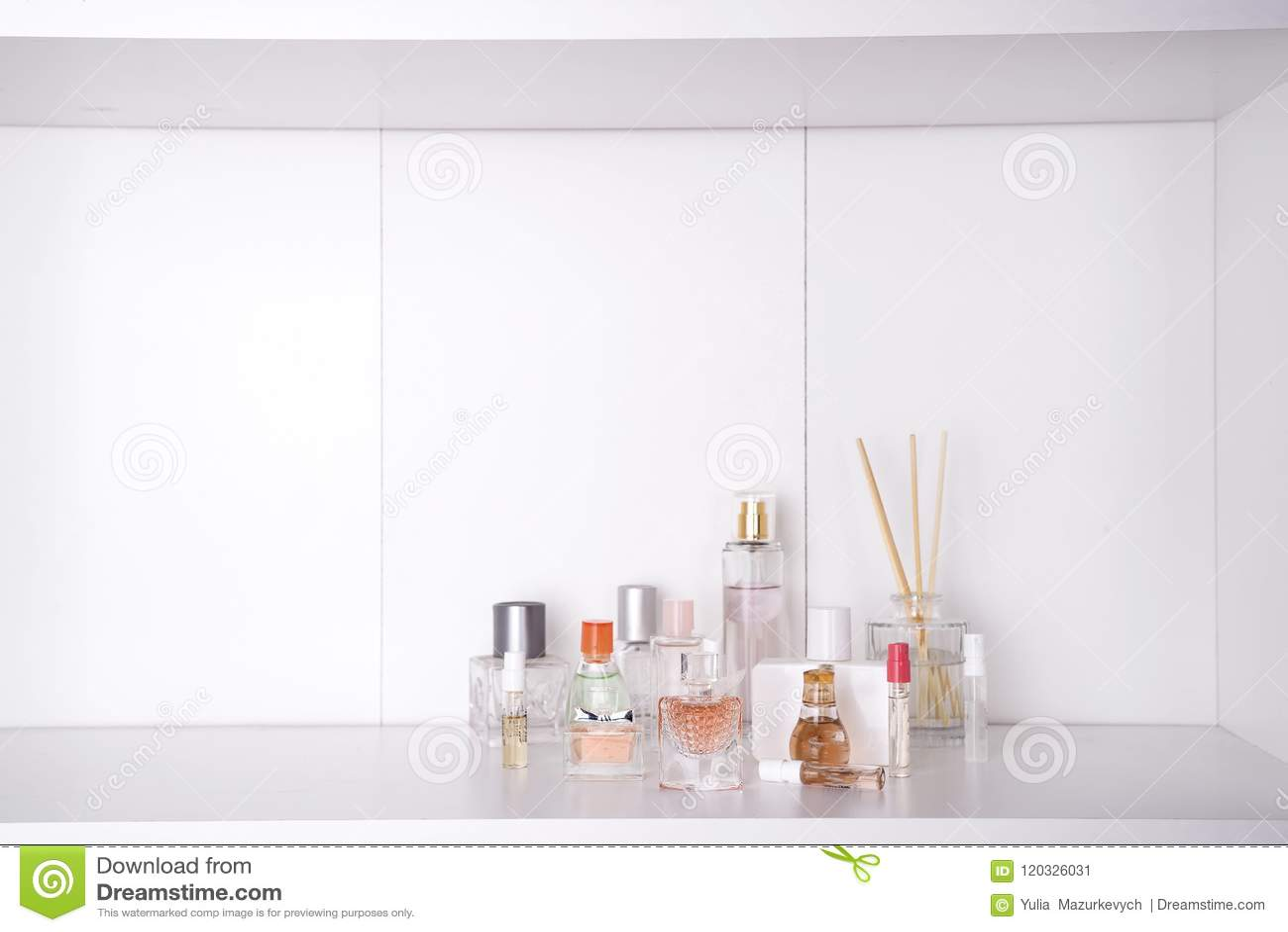 O grupo de vária mulher perfuma o fundo do branco do