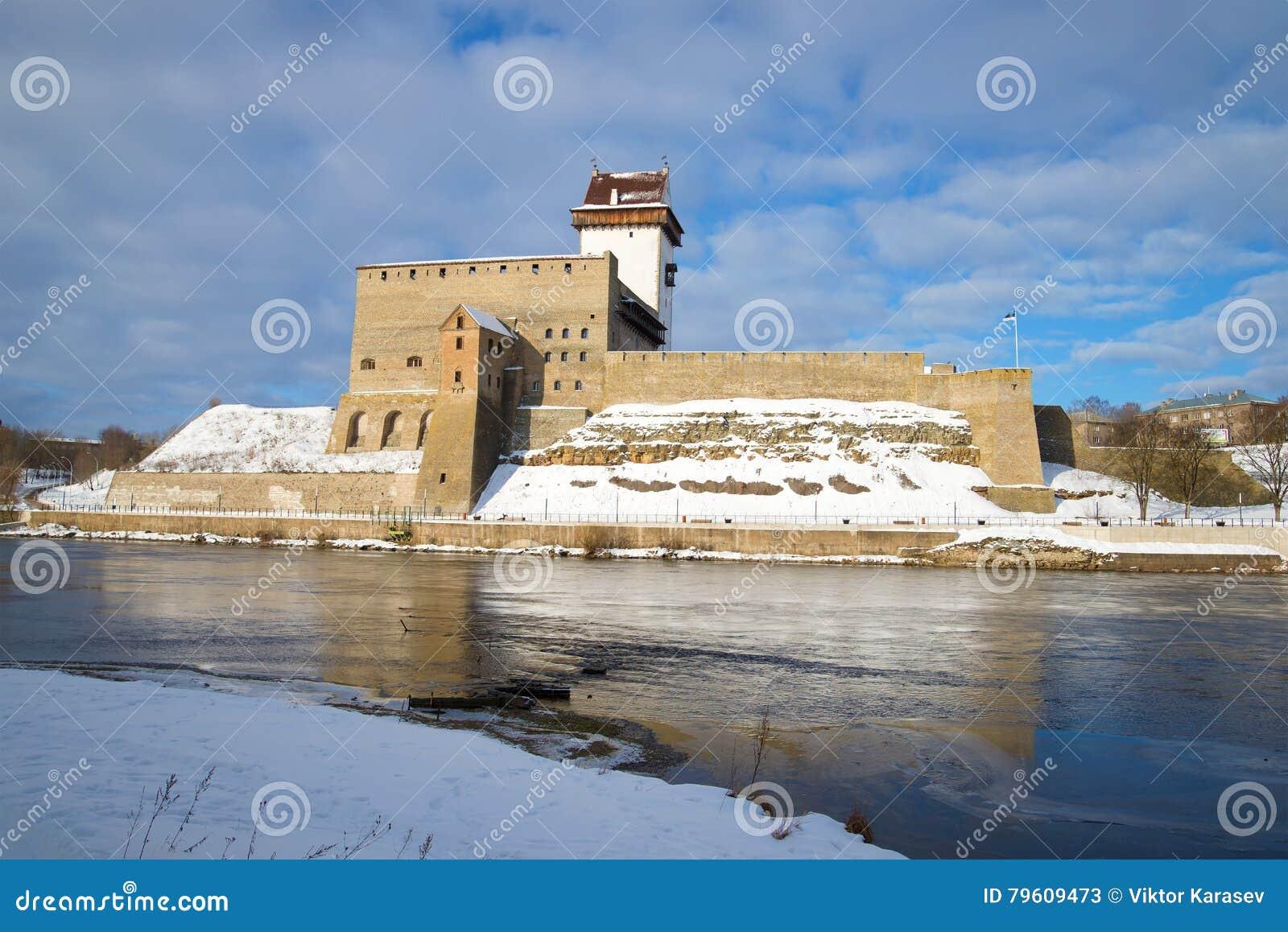 O Herman& velho x27; castelo no rio de Narva, tarde de s do março Estónia