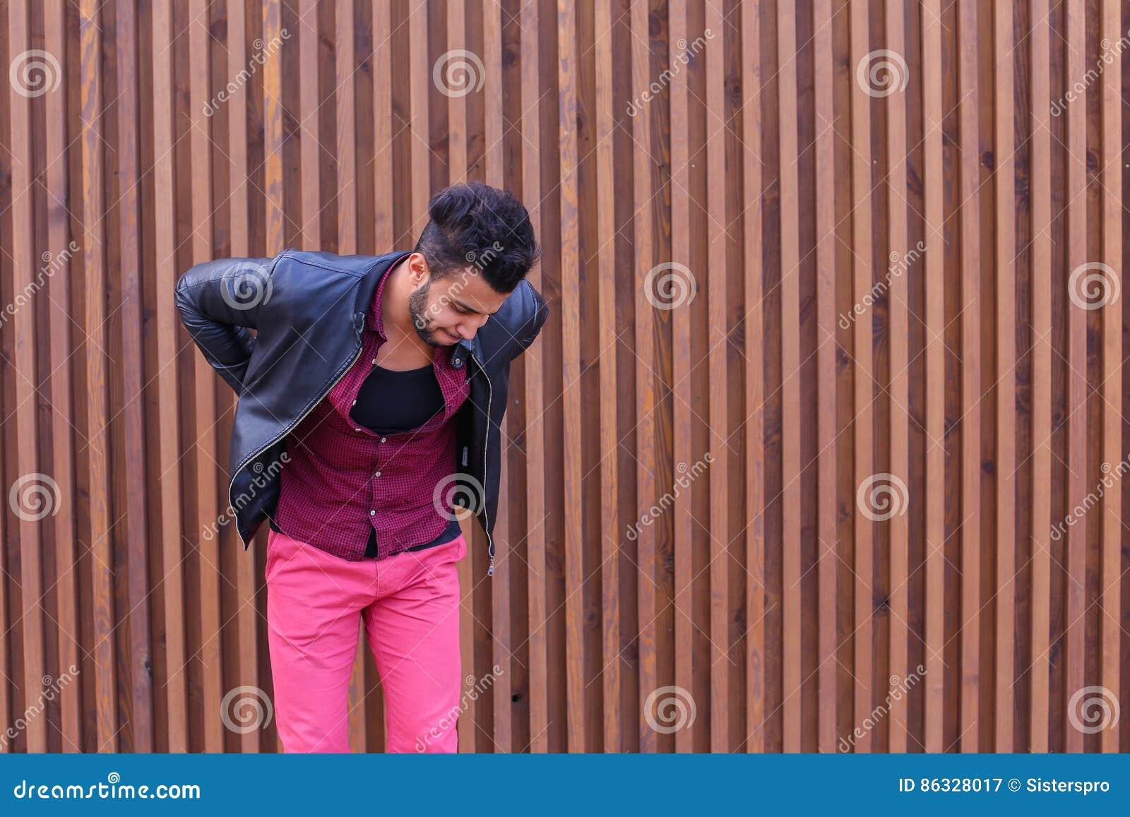 O homem árabe adulto novo considerável aferra-se para suportar e estica-se B