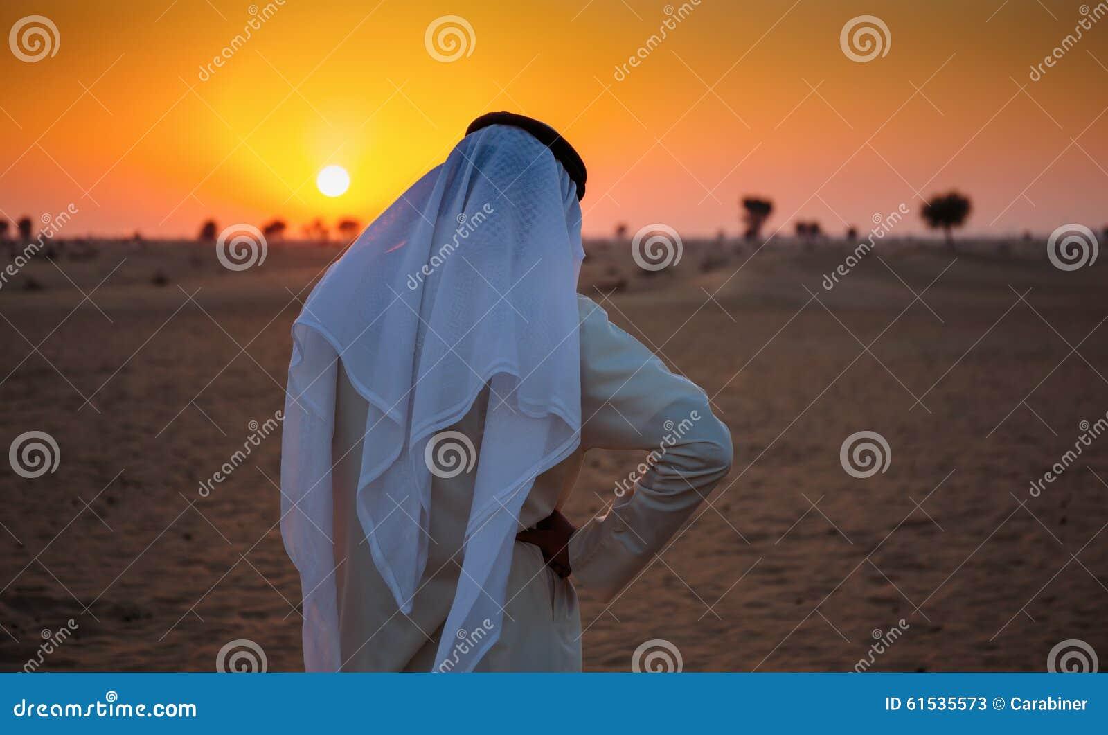 O homem árabe está apenas no deserto