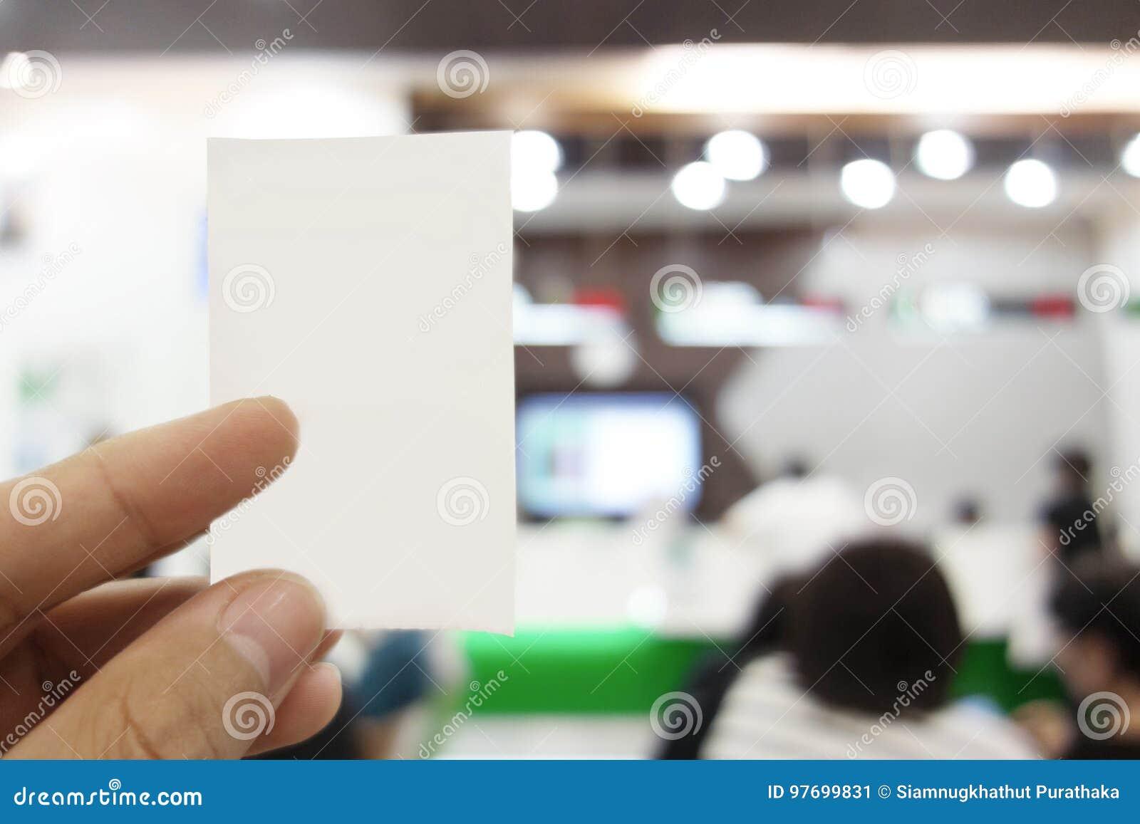 O Homem é Cartão Da Fila De Terra Arrendada No Banco Imagem de Stock on