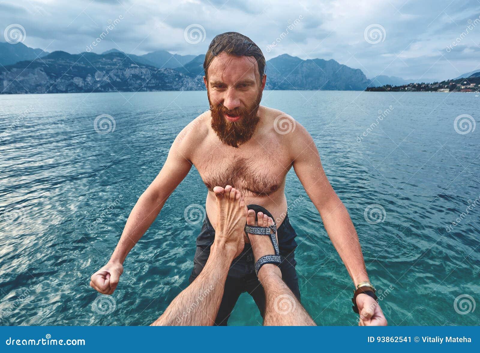 O homem é retrocedido na água do cais