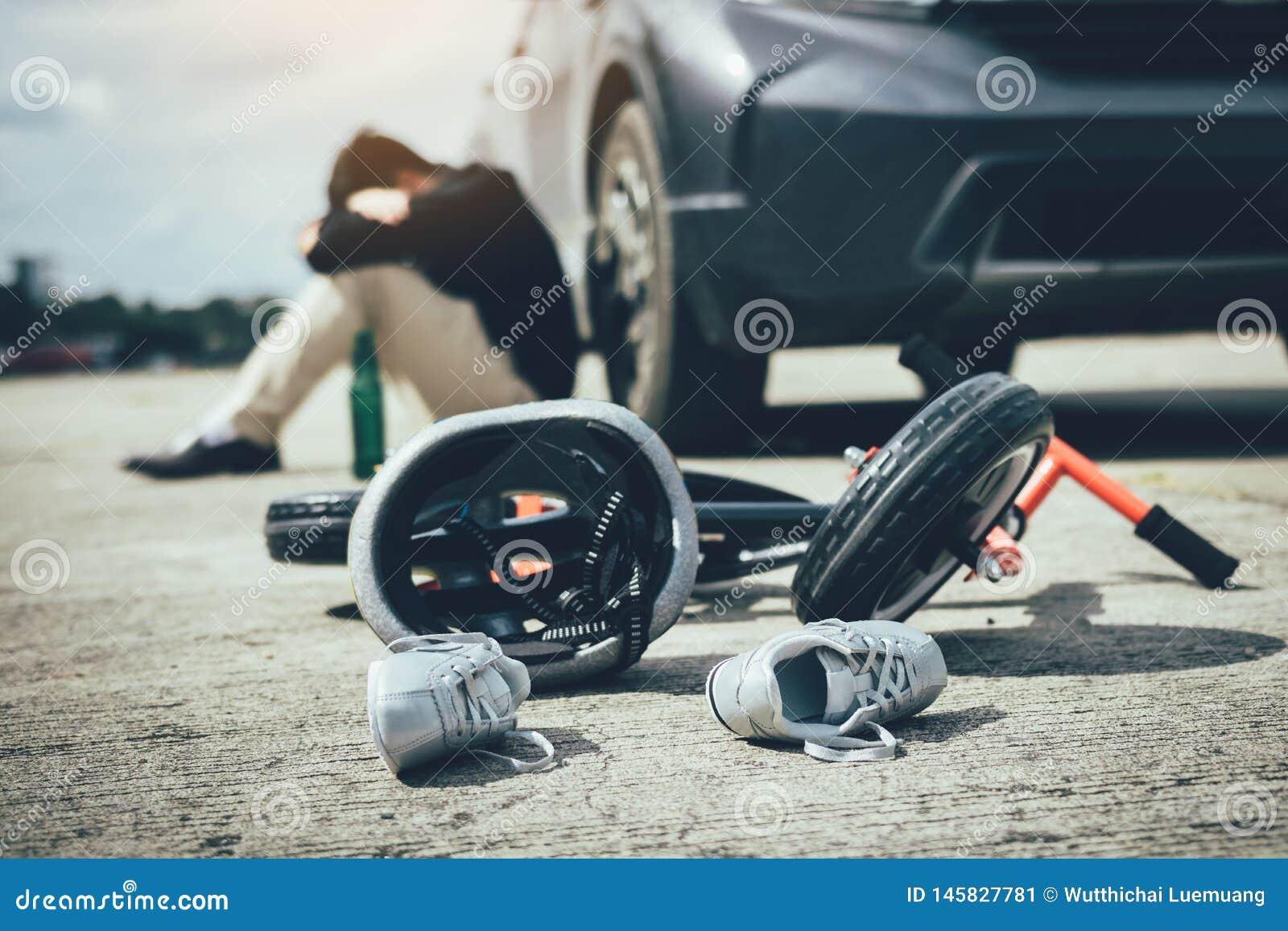 O homem ? for?ado ao ser bebido com condu??o do impacto que um acidente da bicicleta da crian?a ocorre