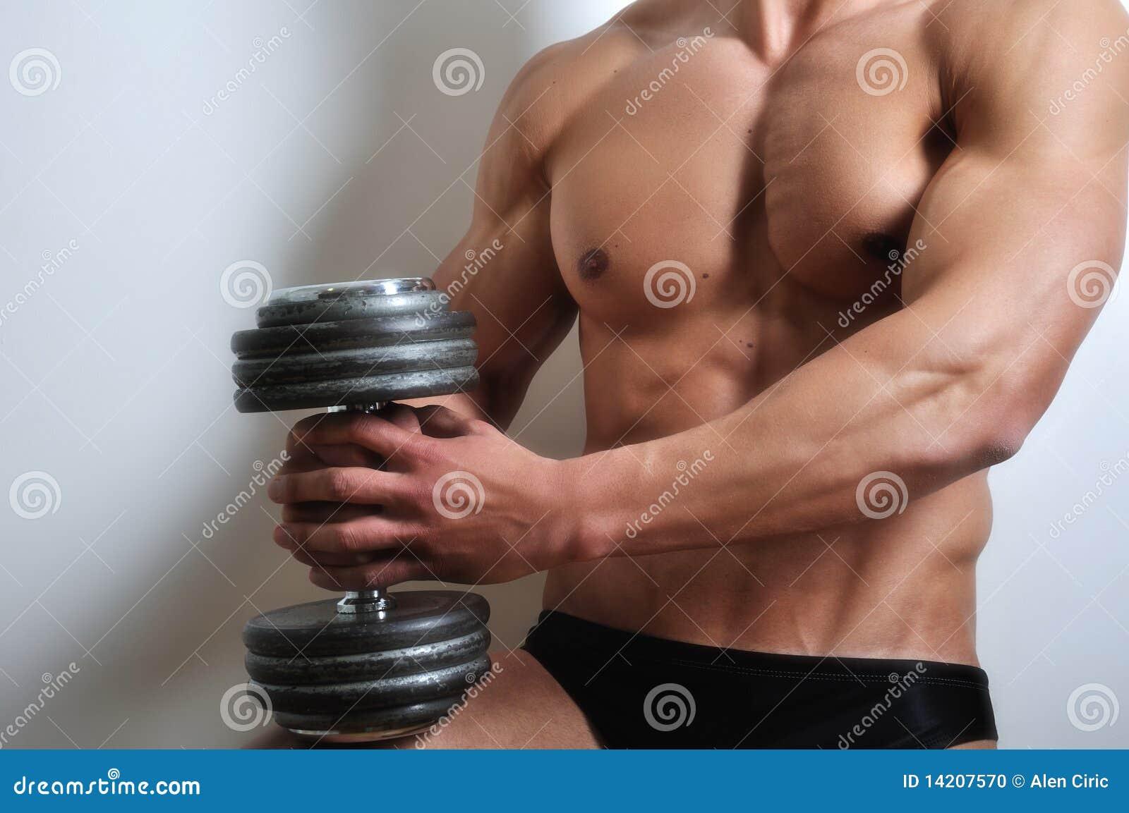 O homem atlético com seis-embala
