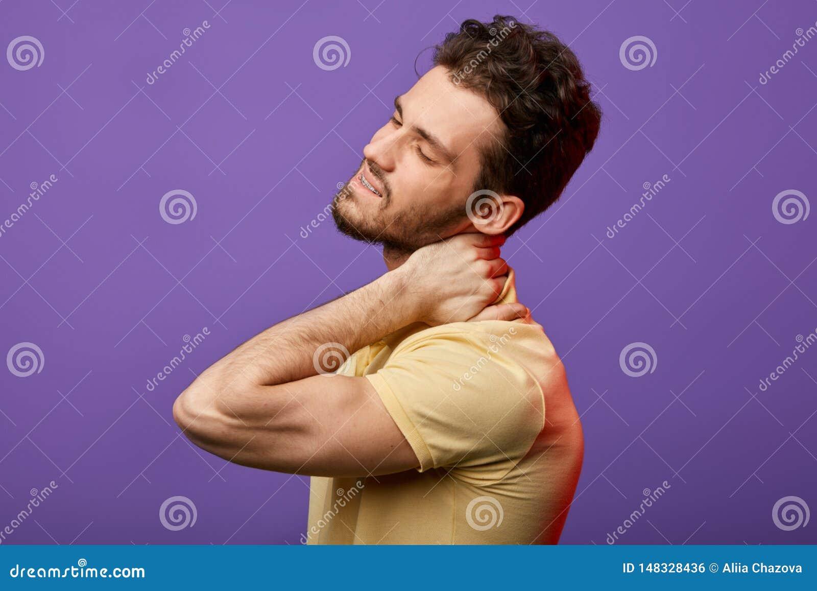 O homem atrativo tem a dor no pesco?o como voc? alivia espasmos no pesco?o