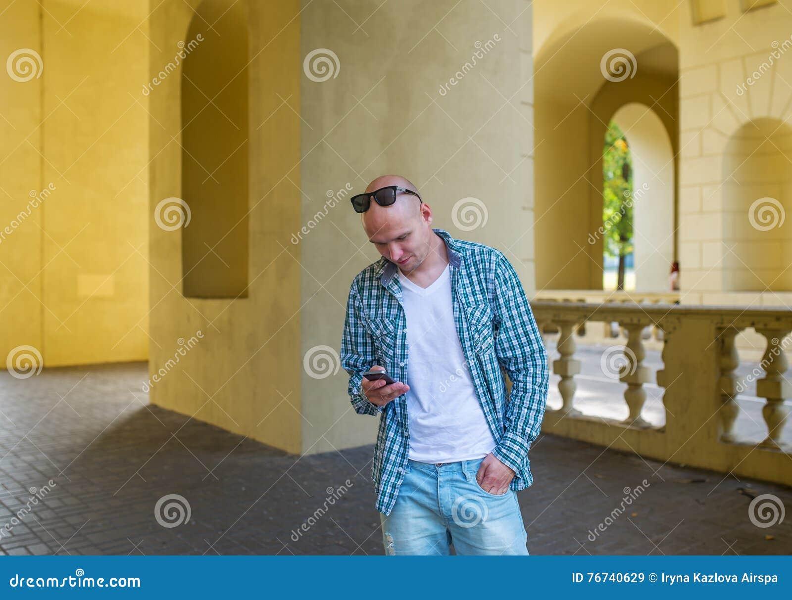 O Homem Calvo Nos óculos De Sol Chama Pelo Telefone Imagem de Stock ... aa5e8ce4fb
