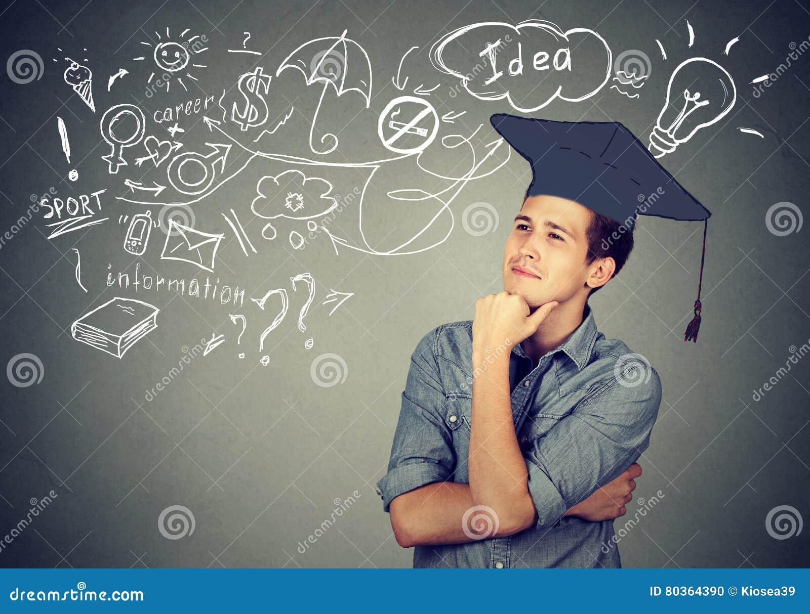 O homem com graduação que pensa sobre a educação tem muitas ideias
