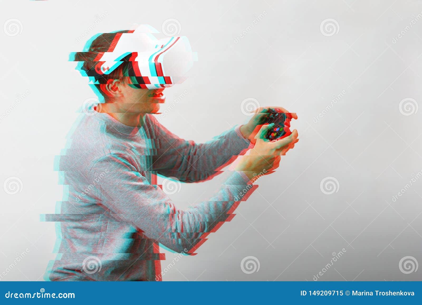 O homem com os auriculares da realidade virtual est? jogando o jogo Imagem com efeito do pulso aleat?rio