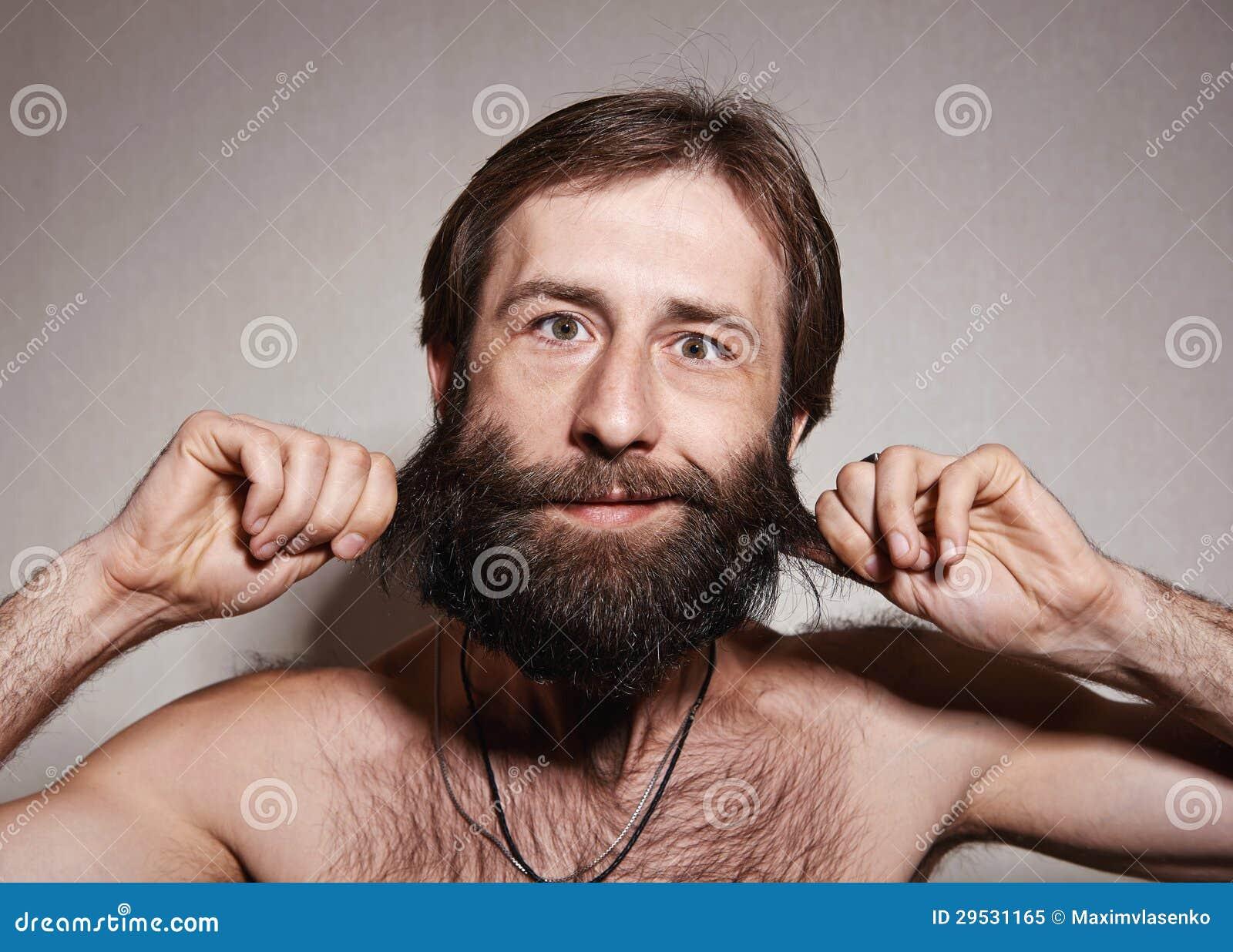 O homem com uma barba grande e os bigodes
