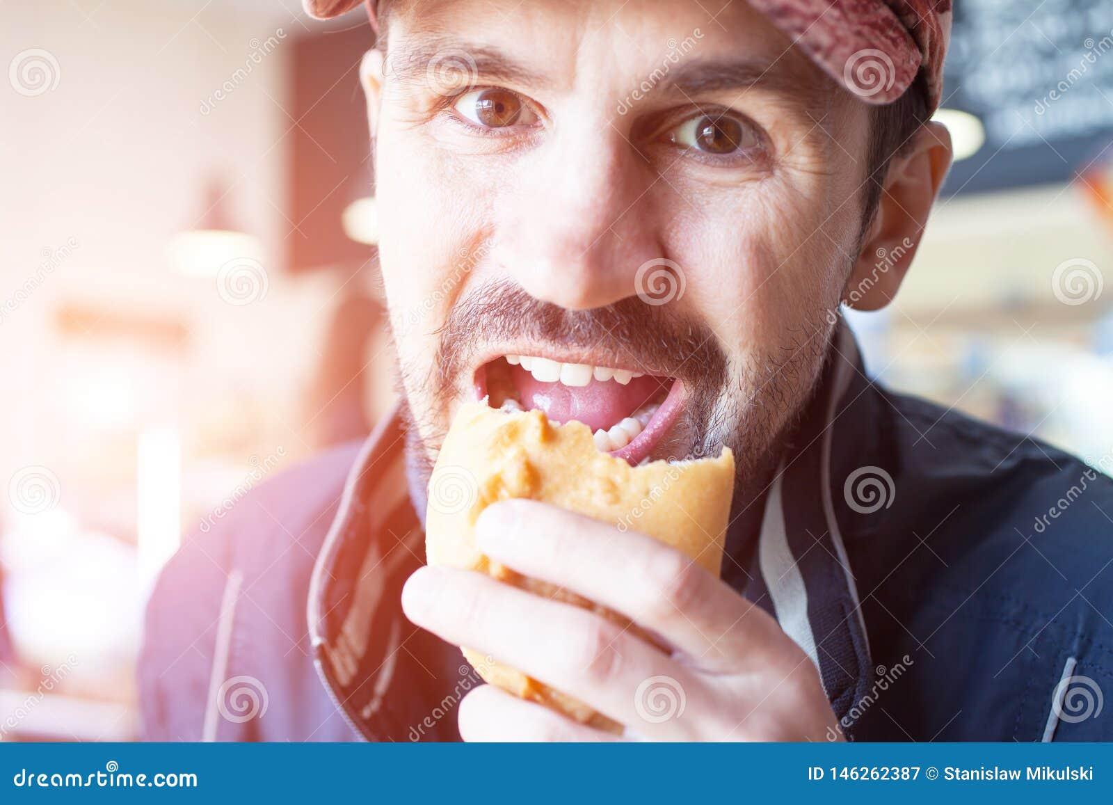 O homem come uma torta em um jantar de borda da estrada