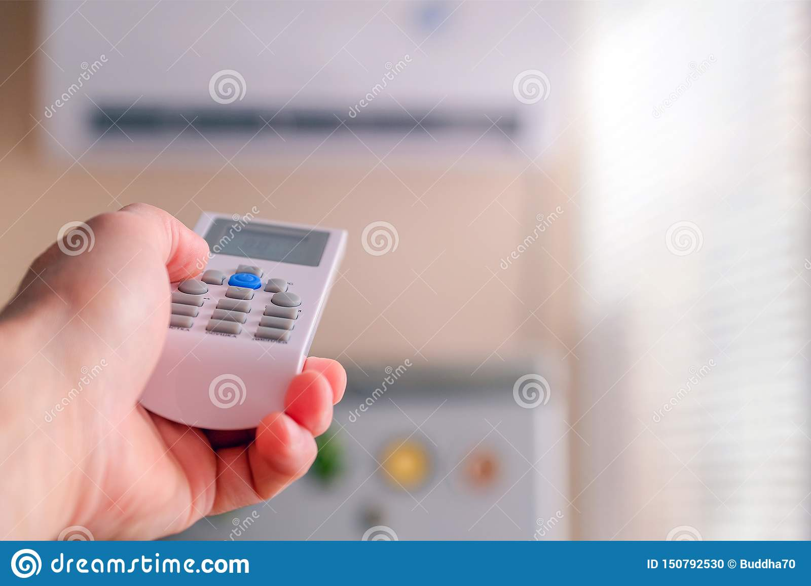 O homem comuta os modos do condicionamento de ar Telecontrole à disposição Ajusta a temperatura refrigerando da sala