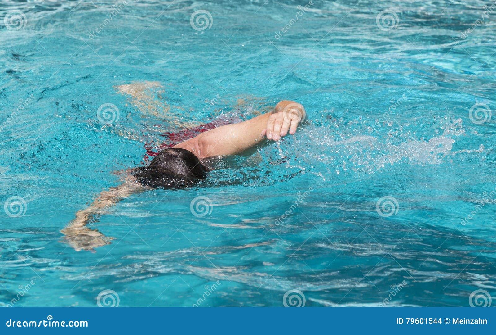 O homem considerável aprecia nadar na associação