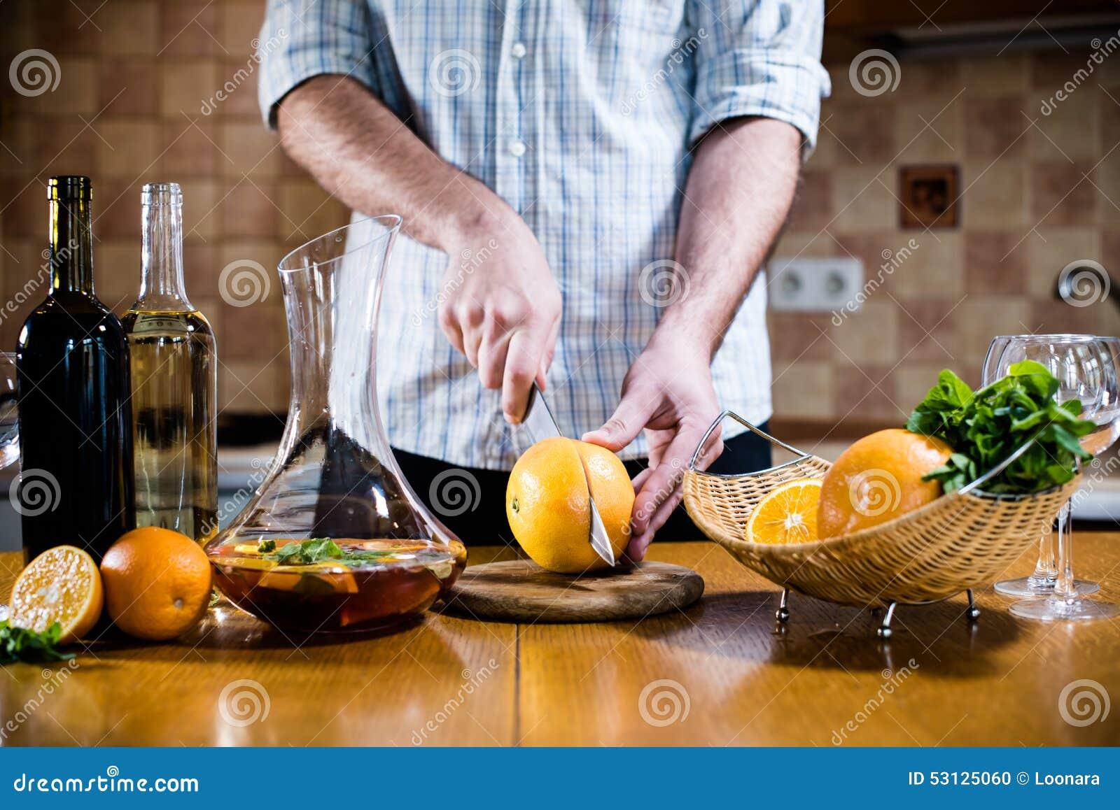 O homem corta toranjas frescas