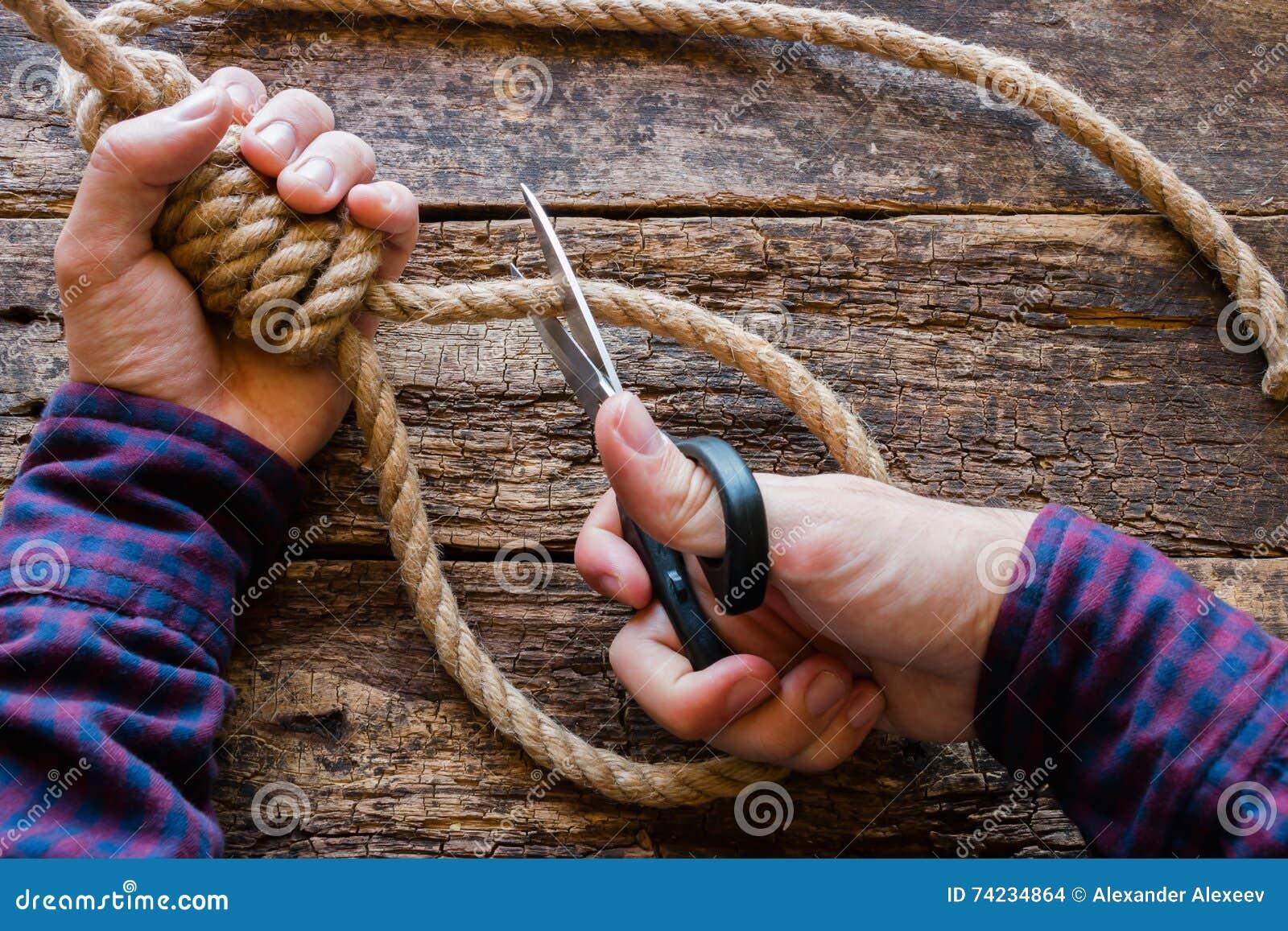O homem cortou a corda com um nó corrediço