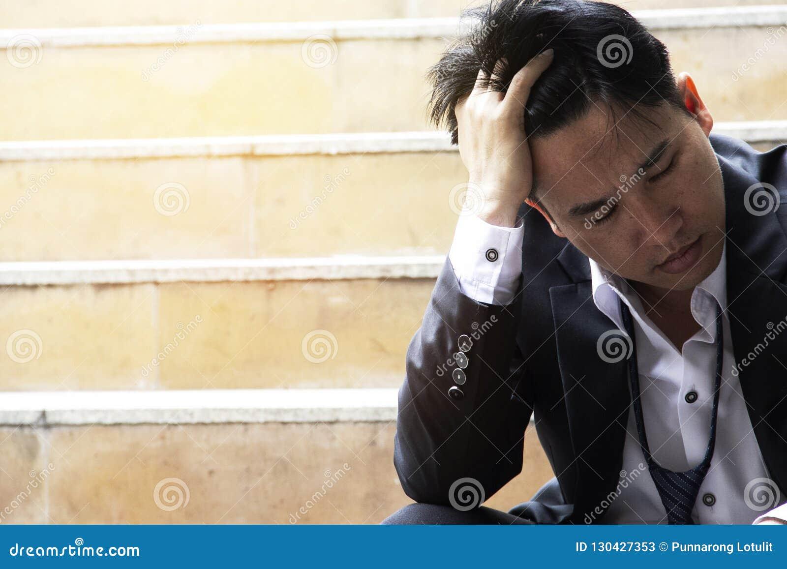 4c8981827a9 O Homem De Negócio é Forçado Fora Do Trabalho Na Rua De Passeio ...