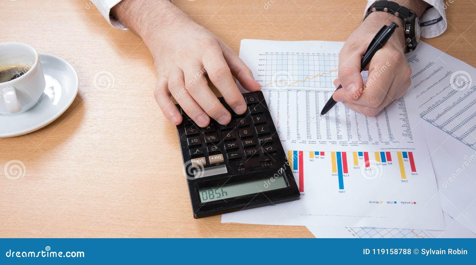 O homem de negócio conta em uma calculadora do close-up, café, portátil, negócio, finança, depositando