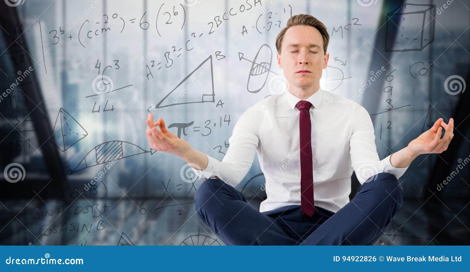 O homem de negócio contra a janela azul e a matemática rabiscam
