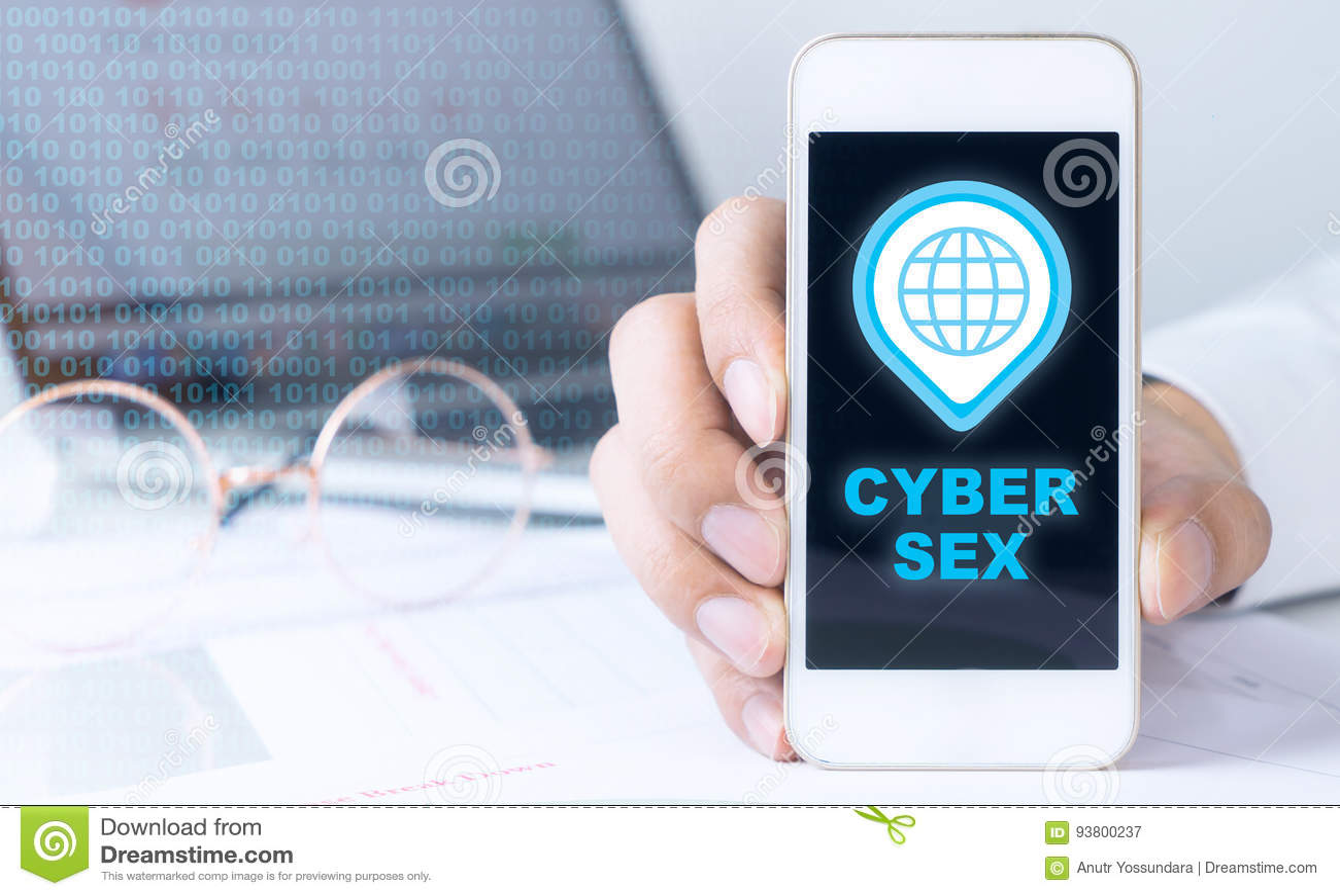 O homem de negócio está guardando o telefone para o sexo do Cyber