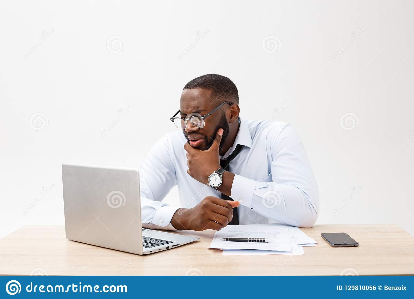 O homem de negócios africano desapontado é ofuscado e confundido por um erro em originais oficiais Sente o desacordo total
