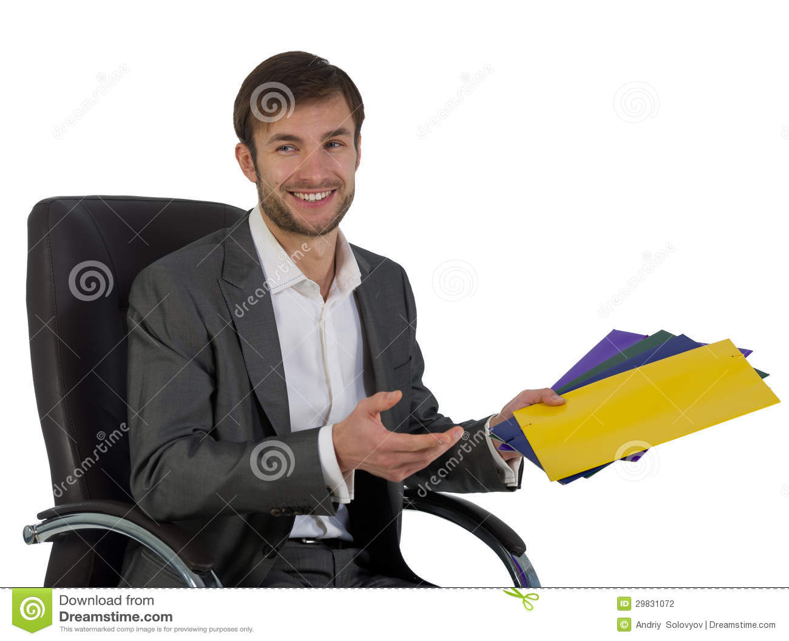 O homem de negócios no escritório senta-se em uma cadeira