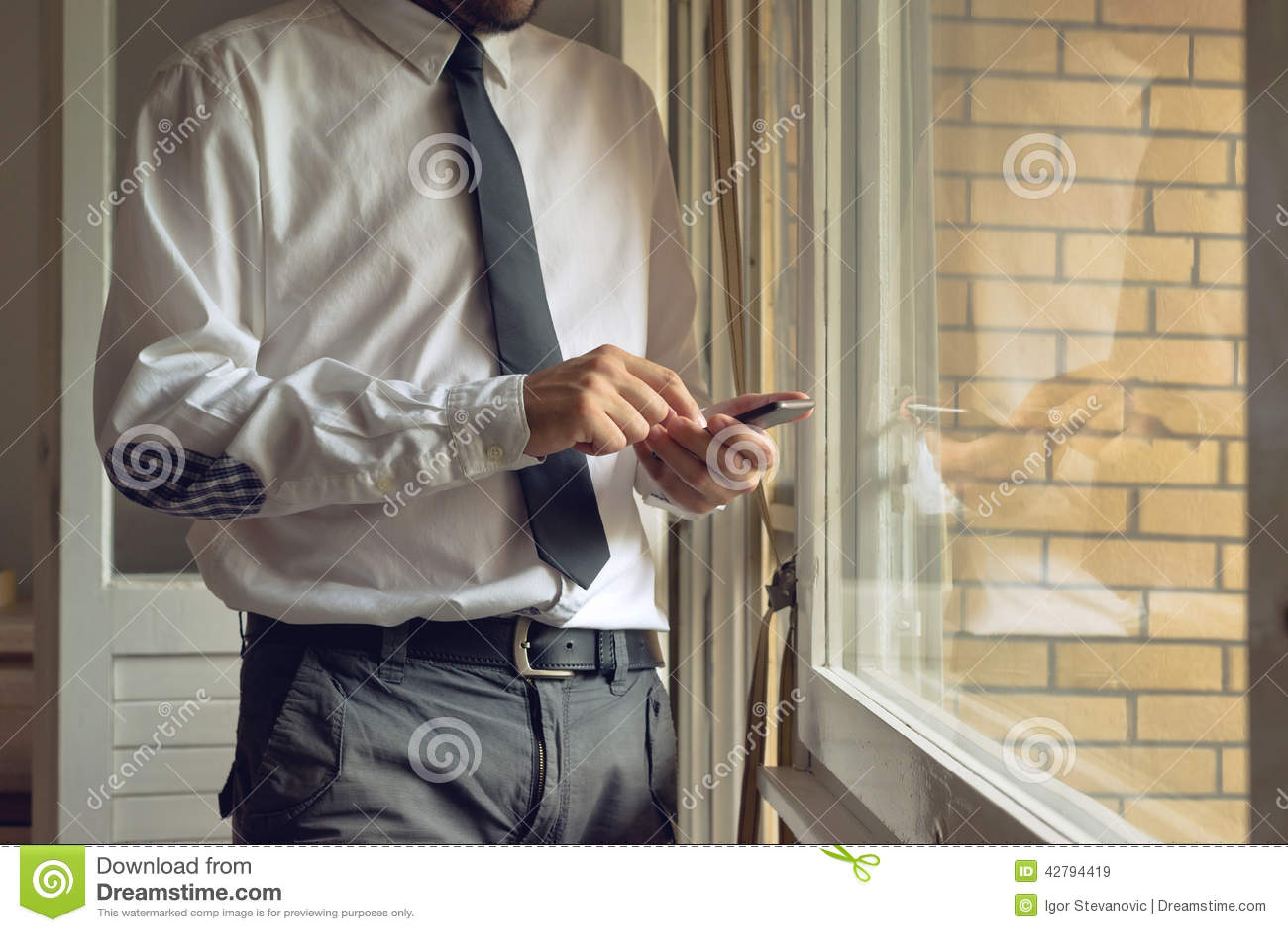 O homem de negócios bate o telefone esperto móvel