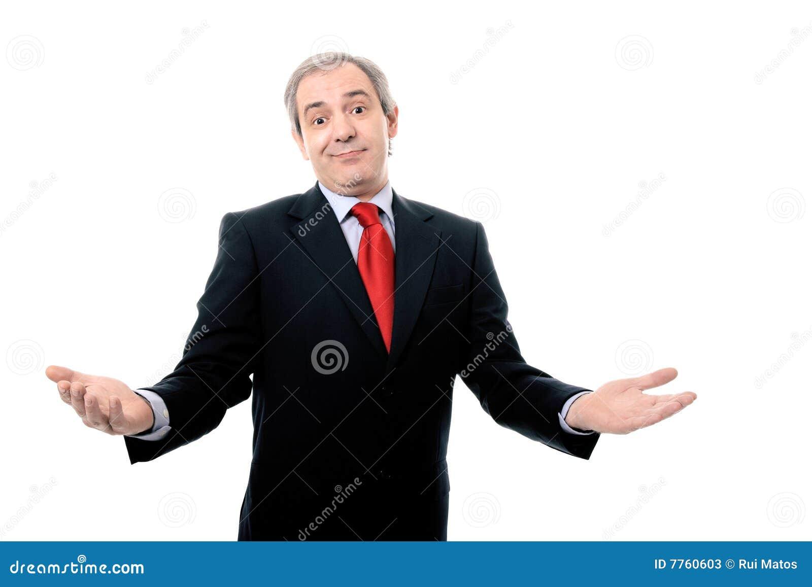 O homem de negócios bem sucedido com braços abre