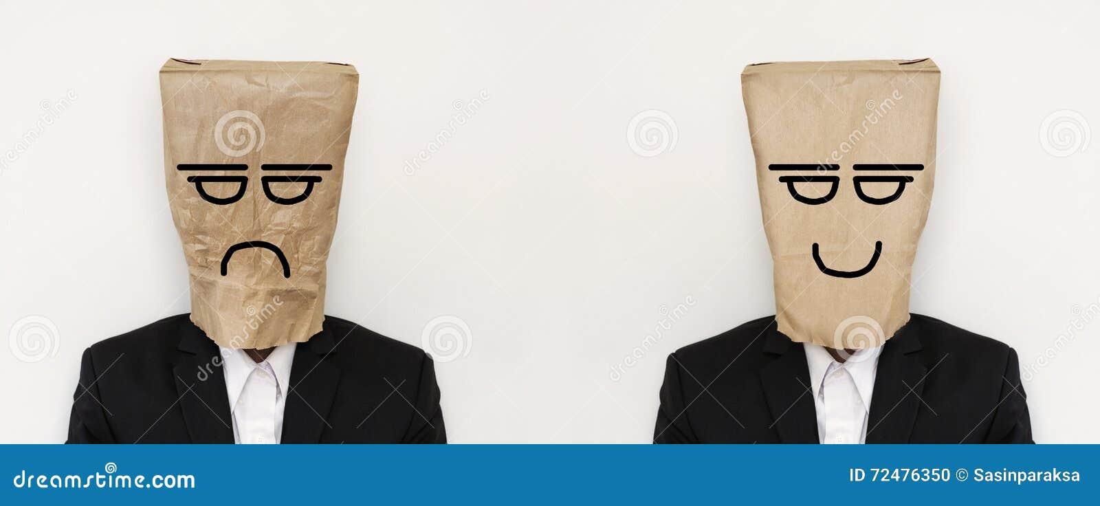 O homem de negócios com o saco de papel amarrotado com raiva furou a cara, e o saco de papel liso com cara de sorriso