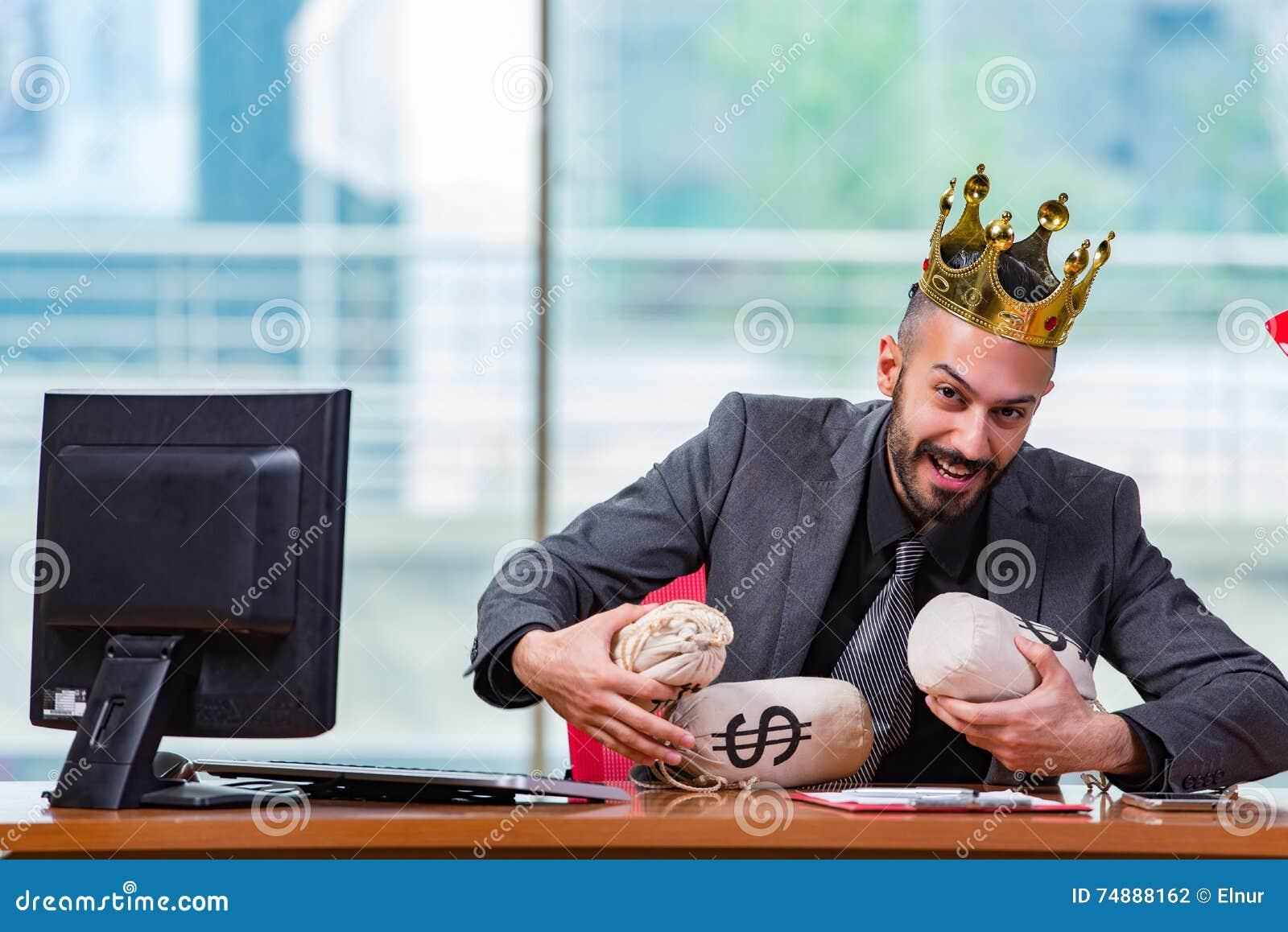 O homem de negócios com os sacos da coroa e do dinheiro no escritório