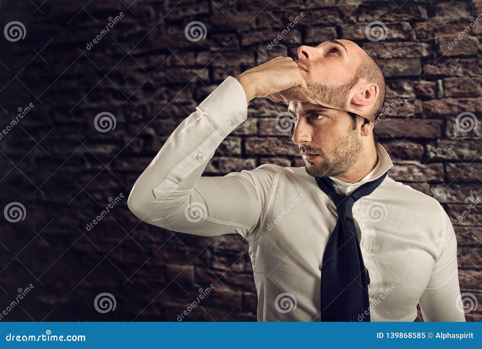 O homem de negócios com personalidade múltipla muda a máscara