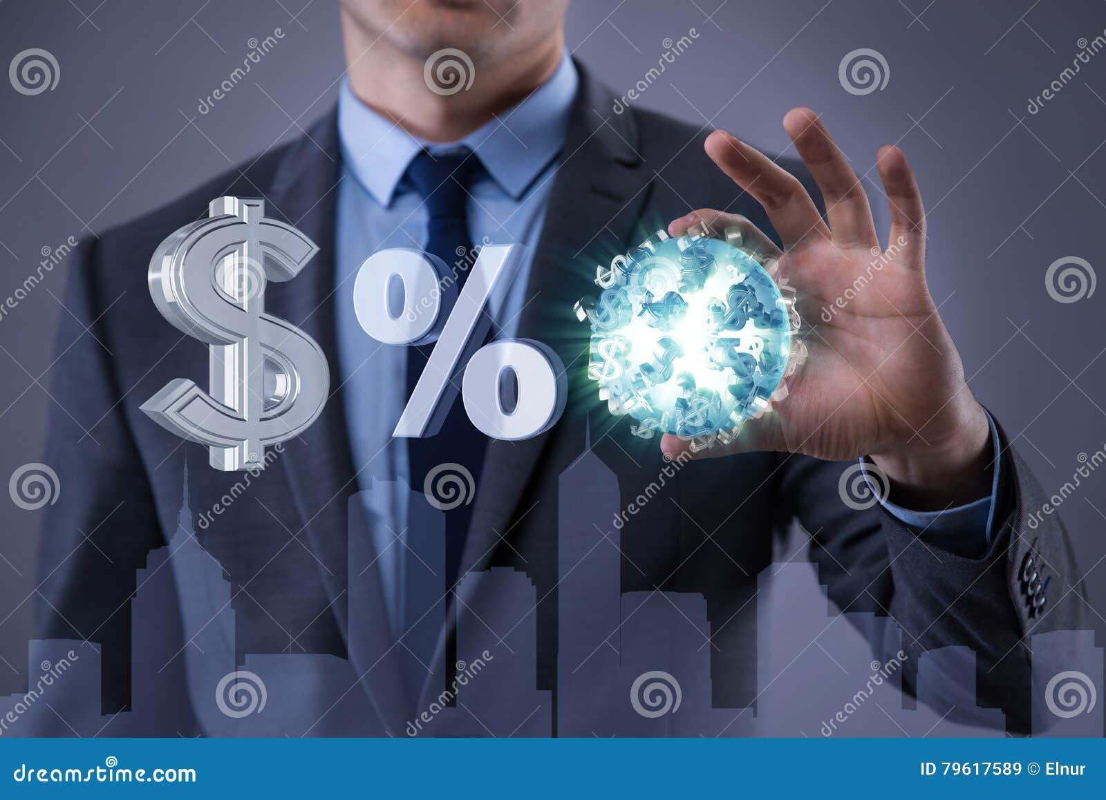 O homem de negócios com várias moedas no conceito do negócio