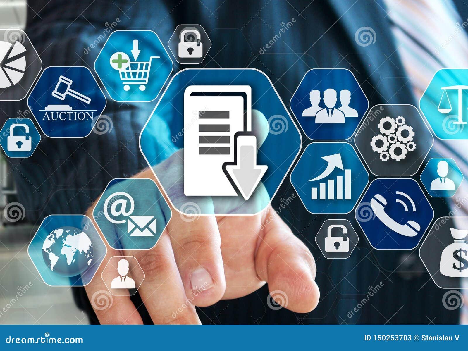 O homem de negócios escolhe o sistema de gestão do documento, DSM na tela virtual na conexão de rede social