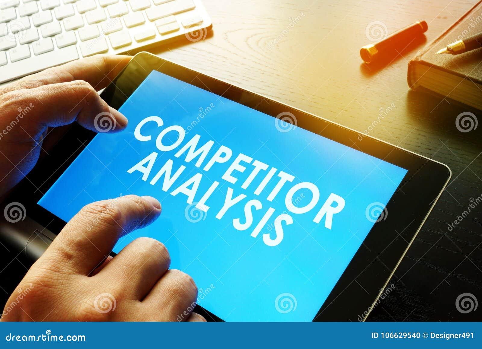 O homem de negócios está lendo sobre a análise do concorrente