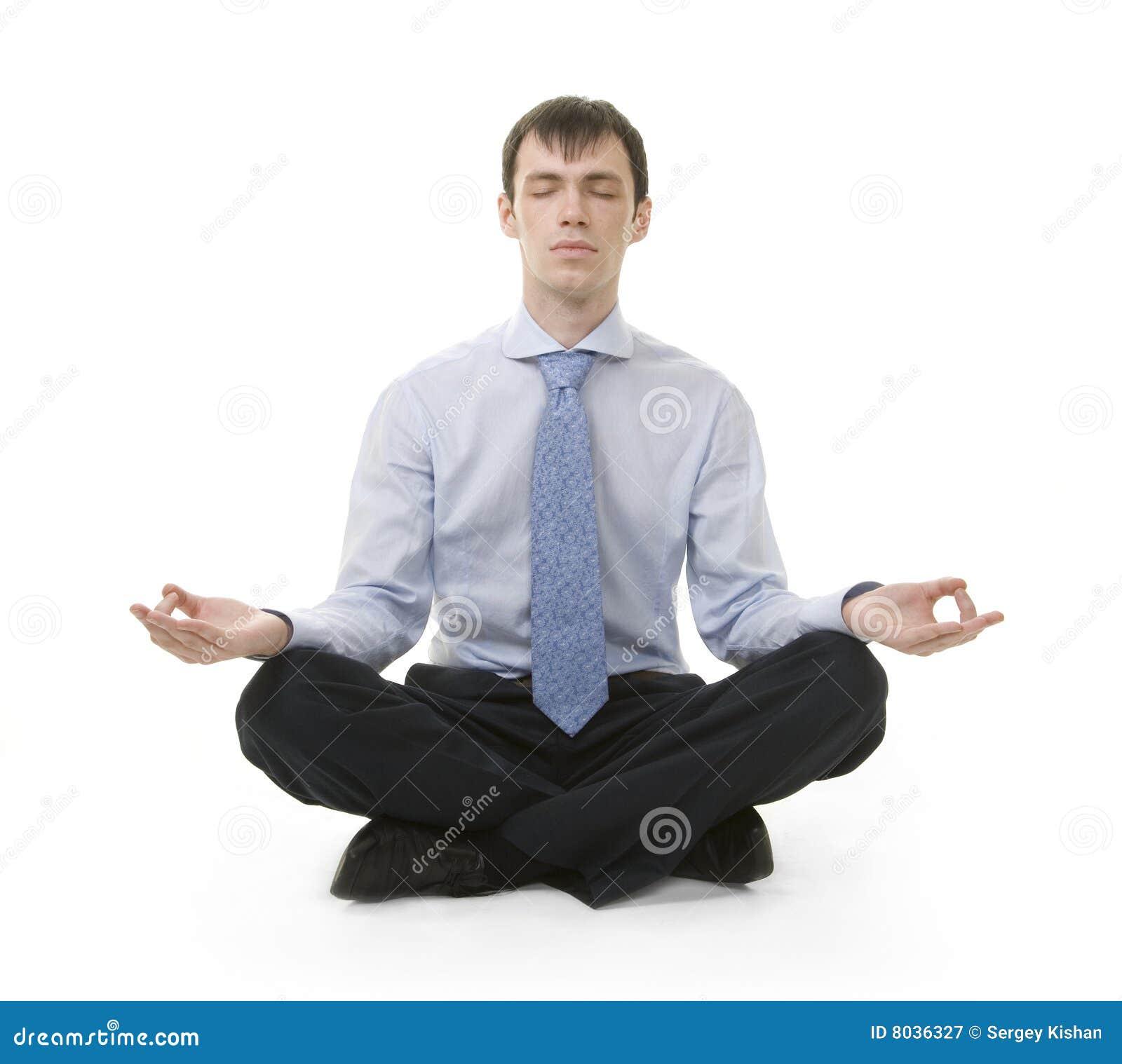 O homem de negócios está sentando-se na posição da ioga