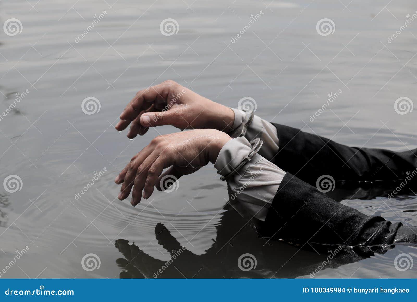 O homem de negócios foi prendido algemas e por afogamento