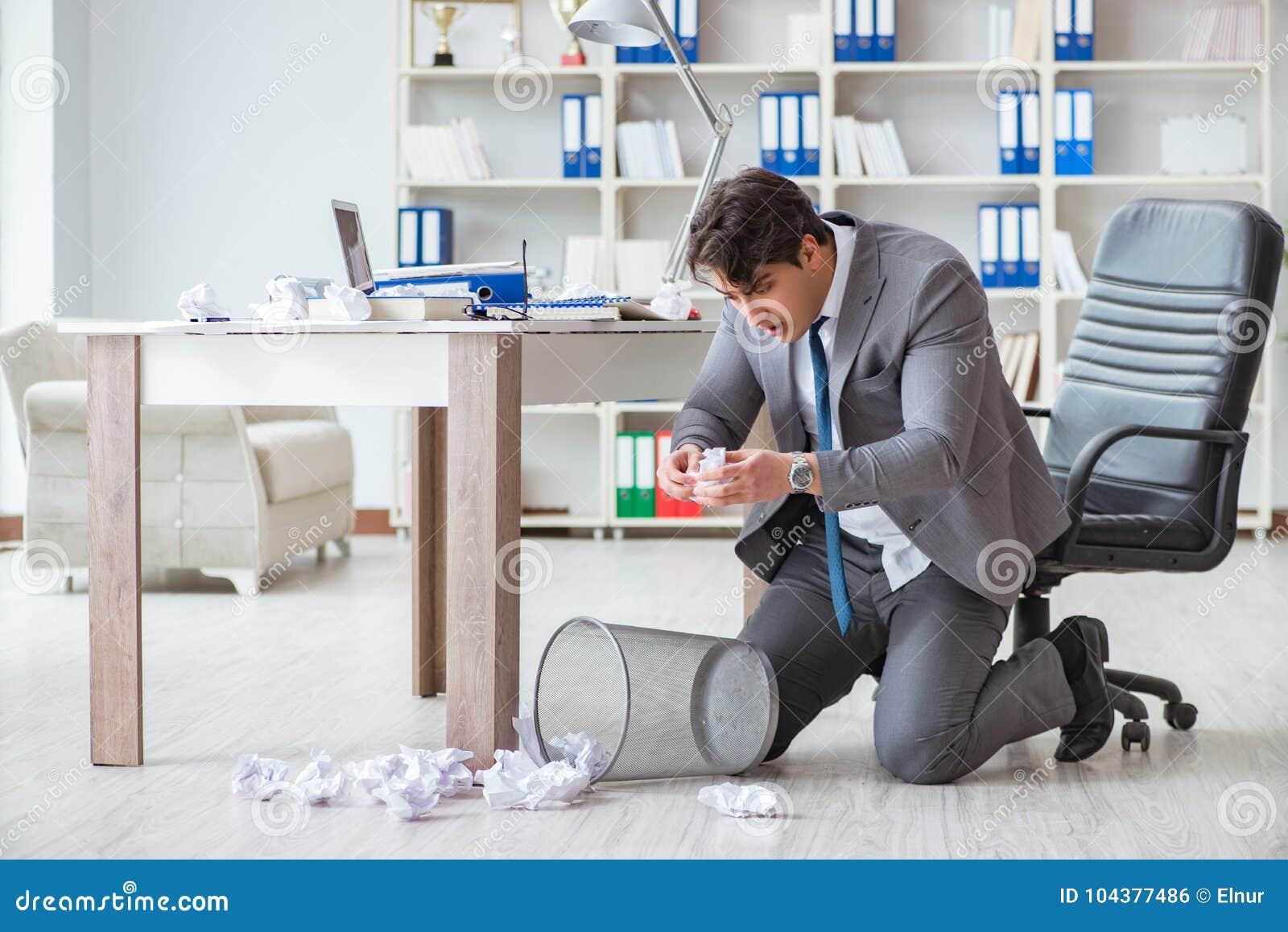 O homem de negócios irritado chocou o trabalho no escritório ateado fogo despedido