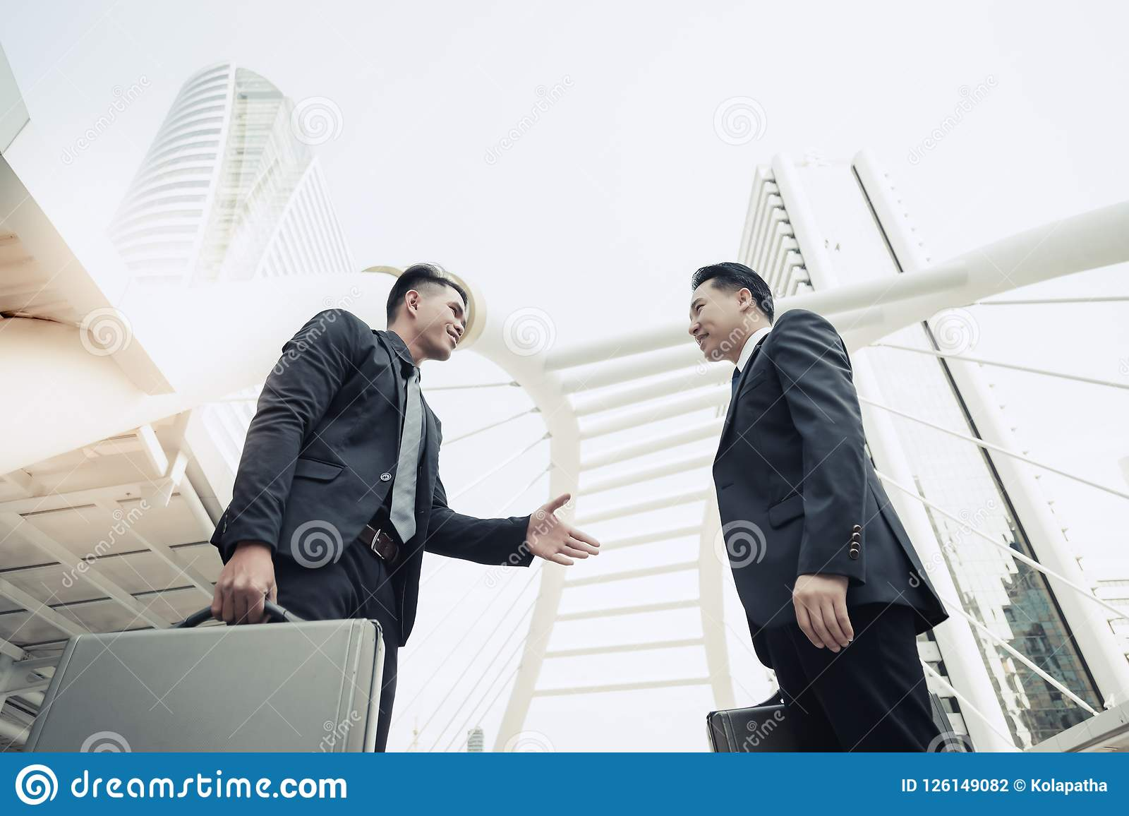 O homem de negócios novo considerável está introduzindo-se ao execu principal